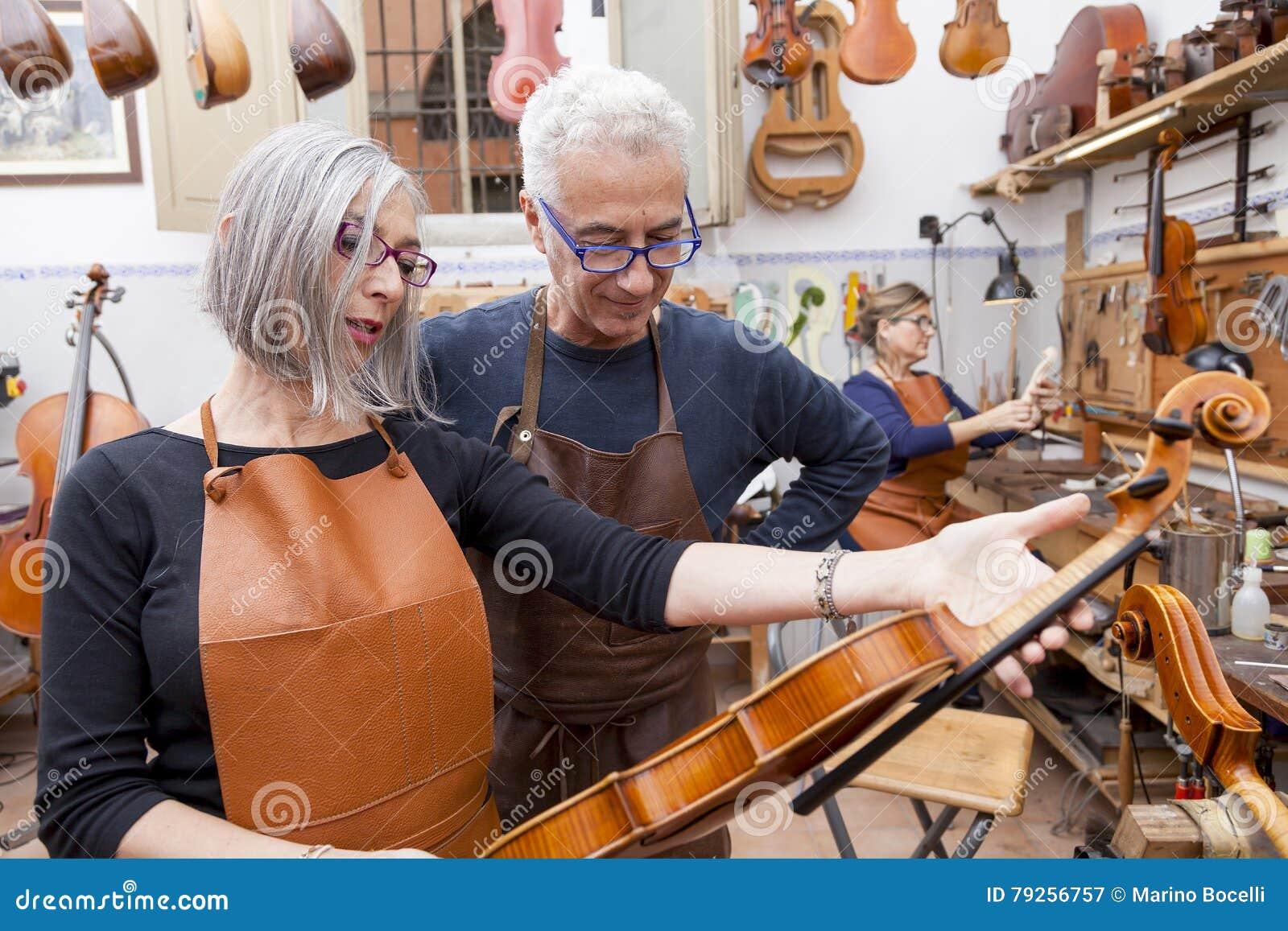 Группа в составе зрелый создатель скрипки в представлении