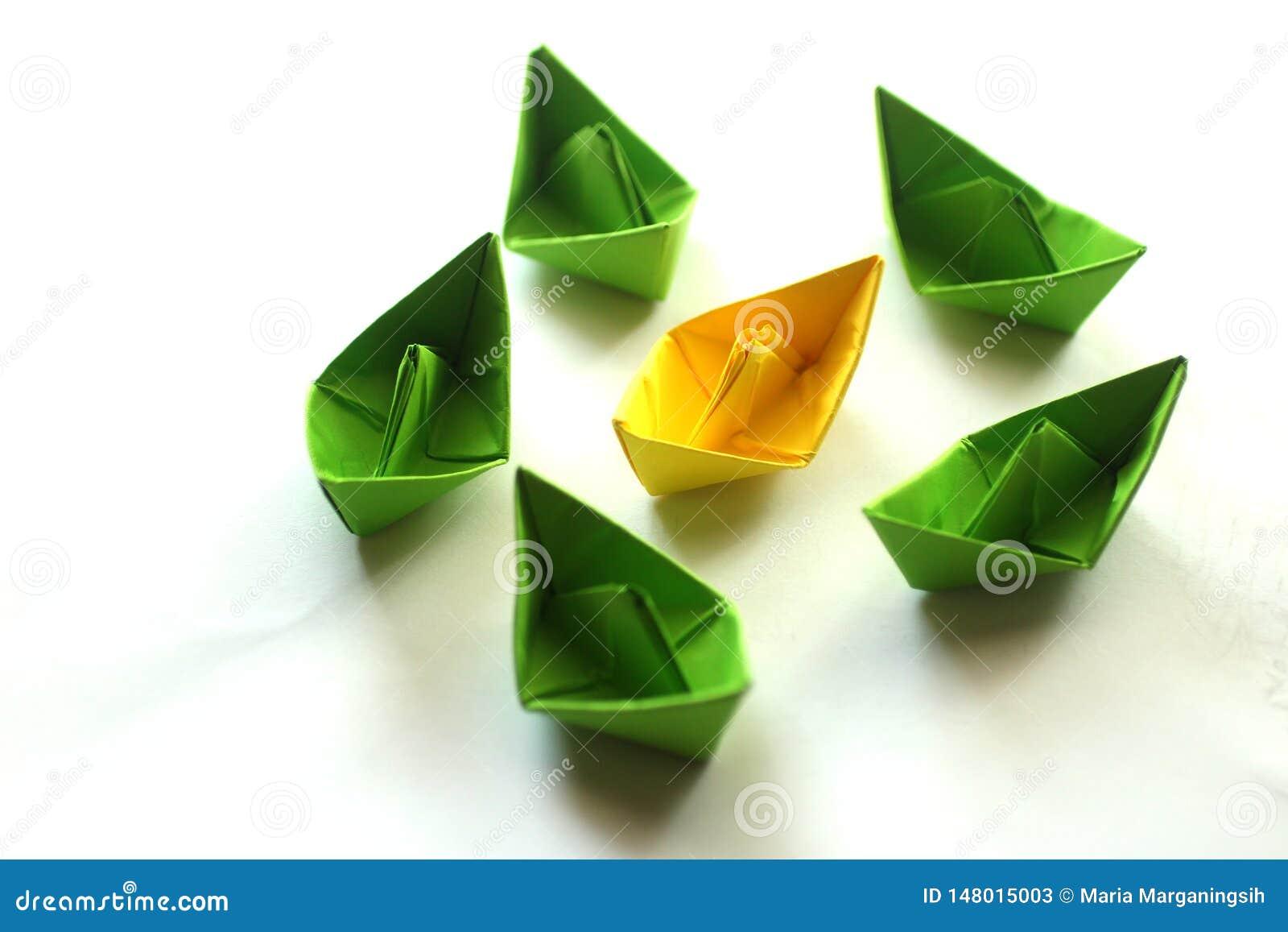 Группа в составе корабли origami бумажные в зеленых и желтых цветах