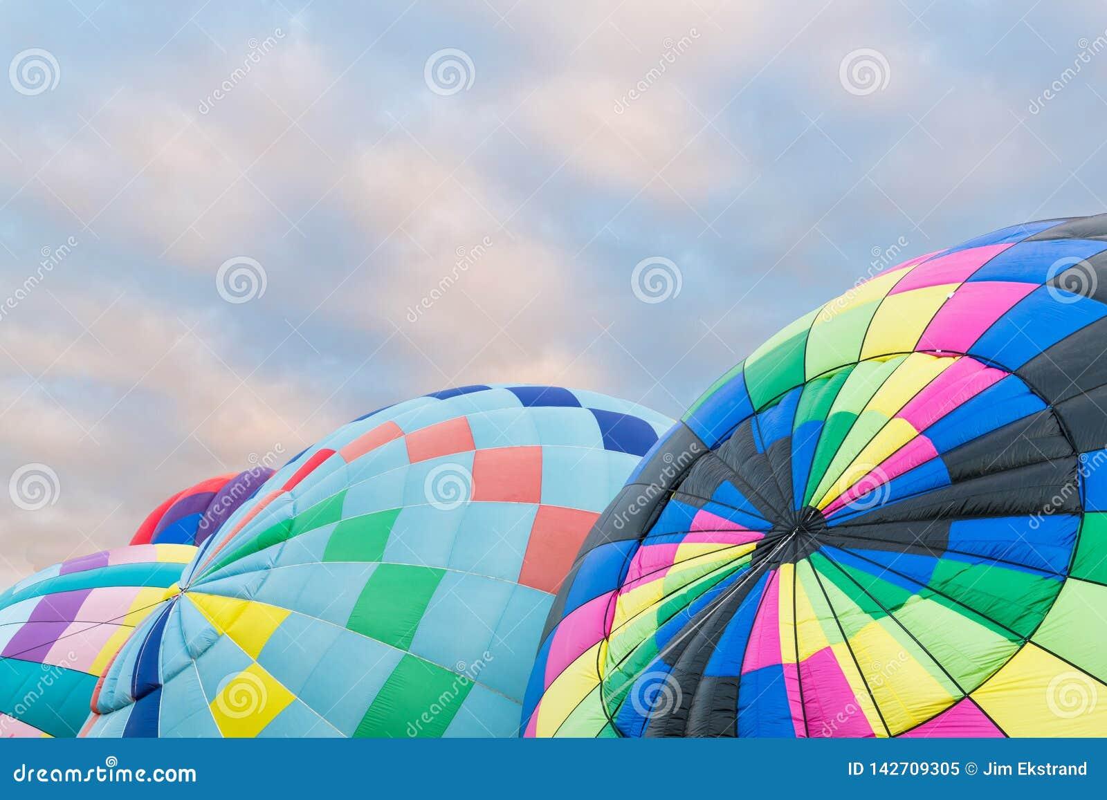 Группа в составе красочные горячие воздушные шары будучи надуванным на международной фиесте баллона в Альбукерке, Неш-Мексико