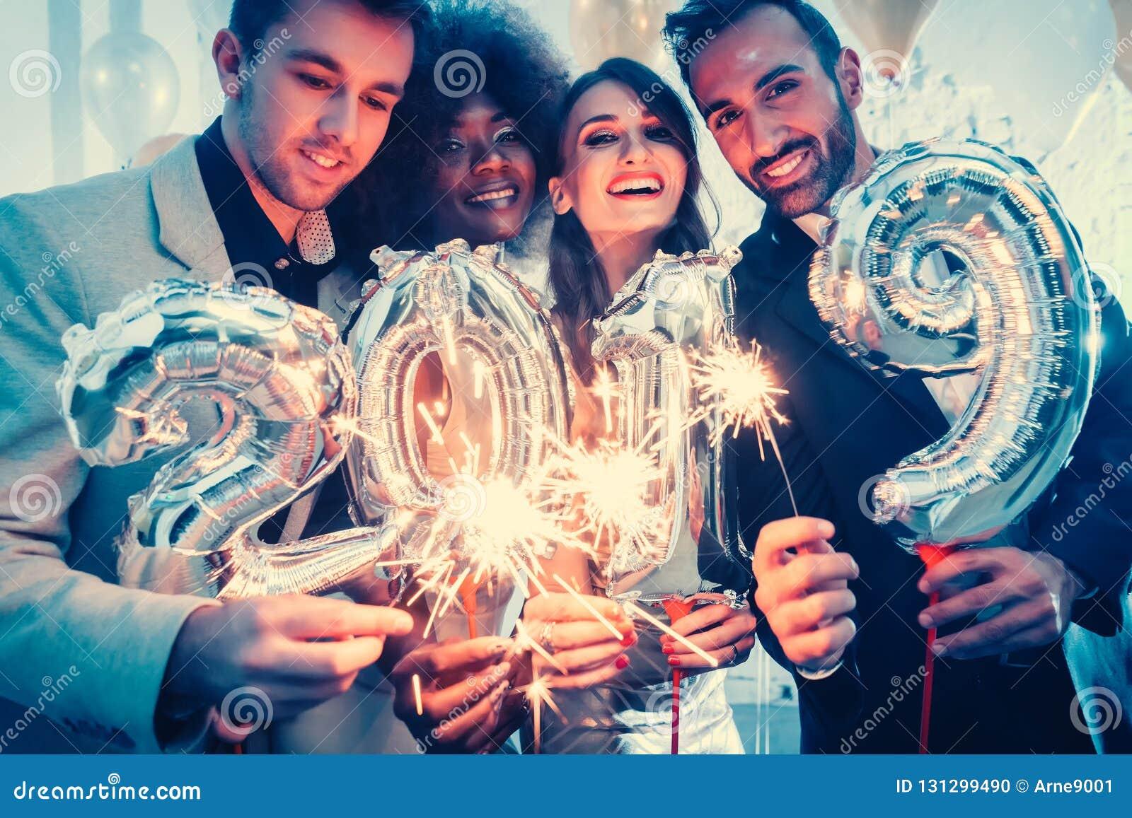Группа в составе люди партии празднуя прибытие 2019
