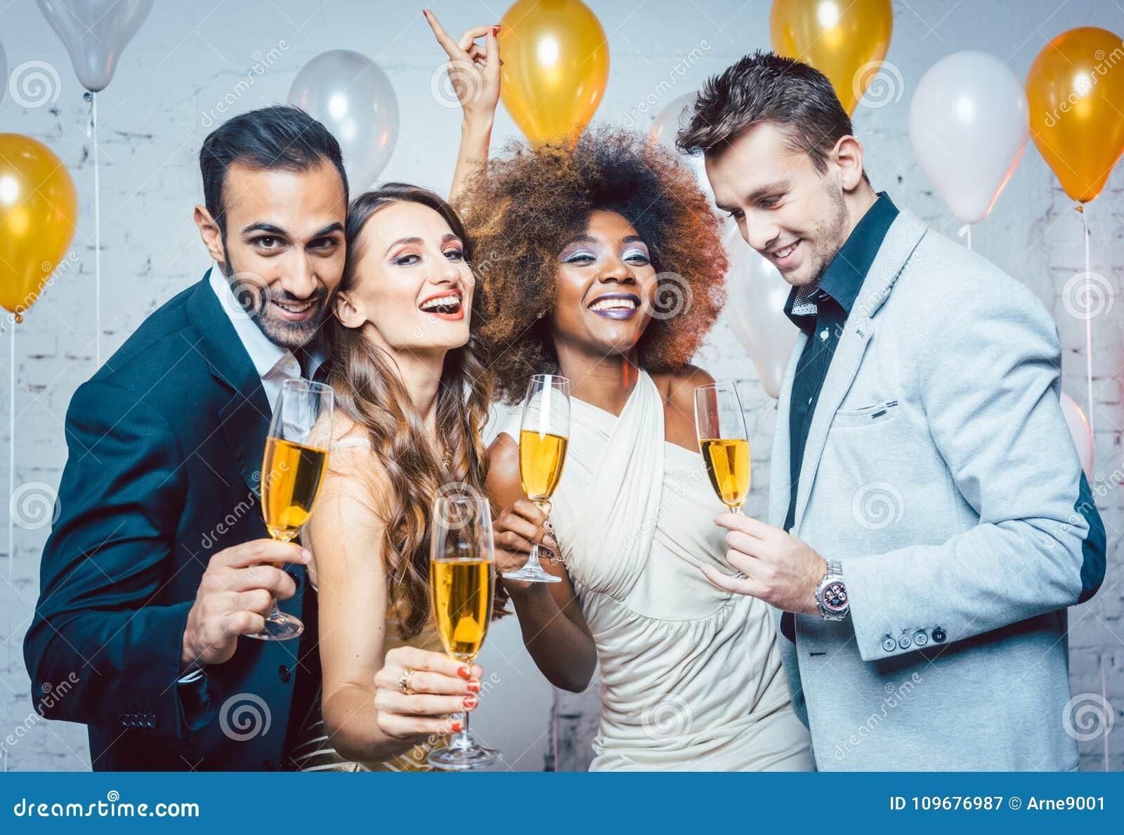 Группа в составе люди партии празднуя с пить