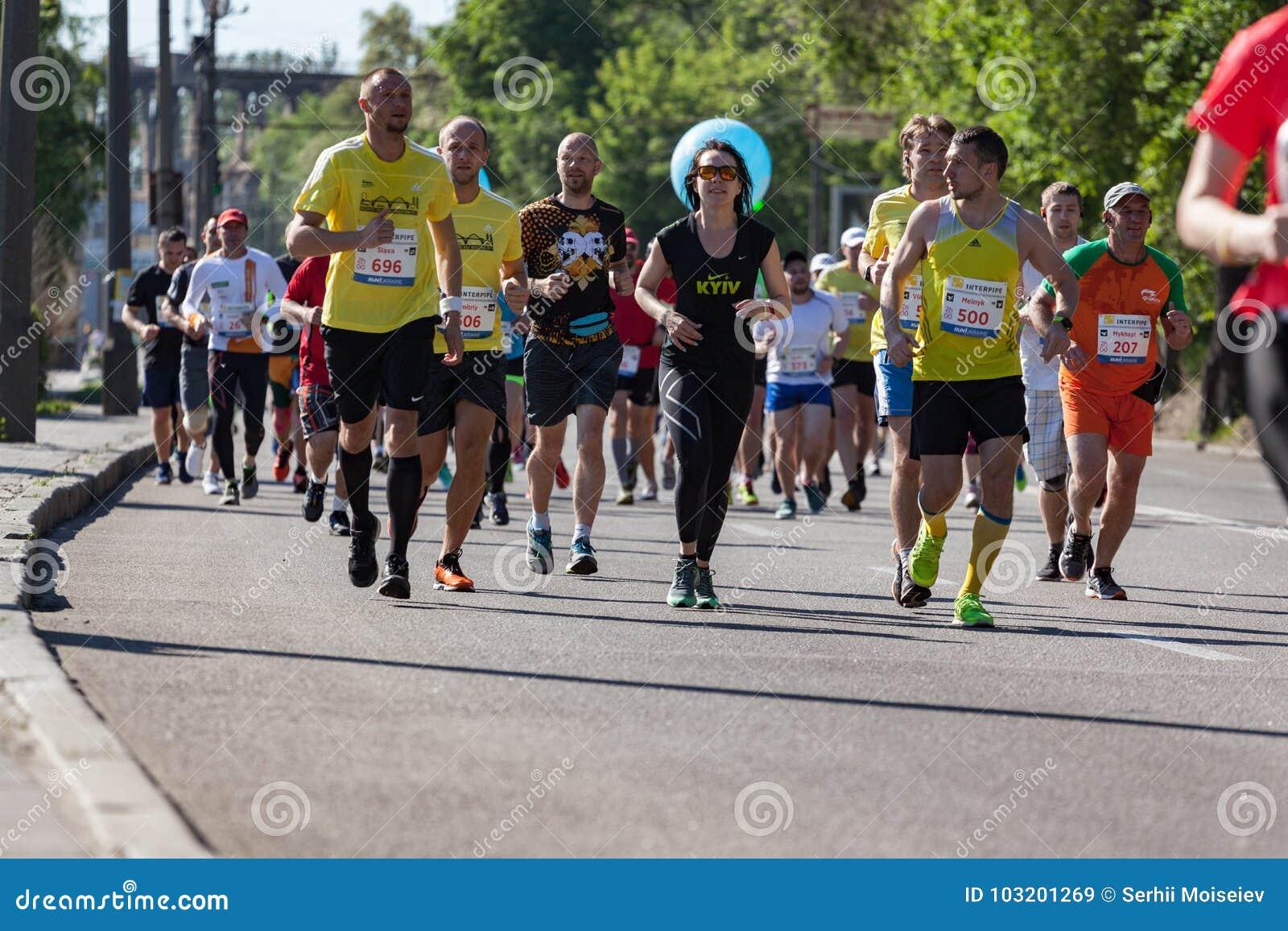 Группа в составе марафонцы