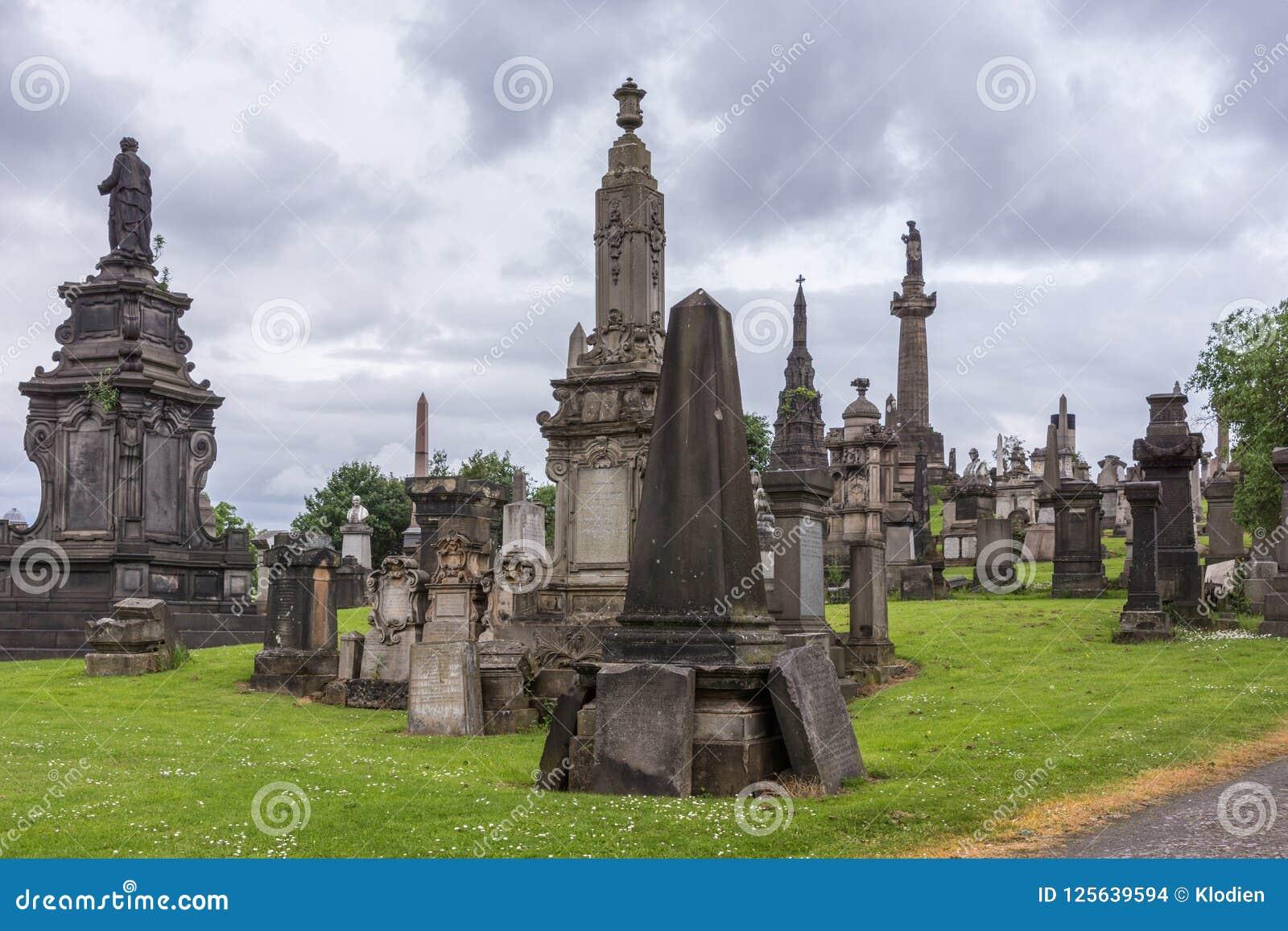 Группа в составе мемориальные памятники на некрополе Глазго, Шотландии Великобритании