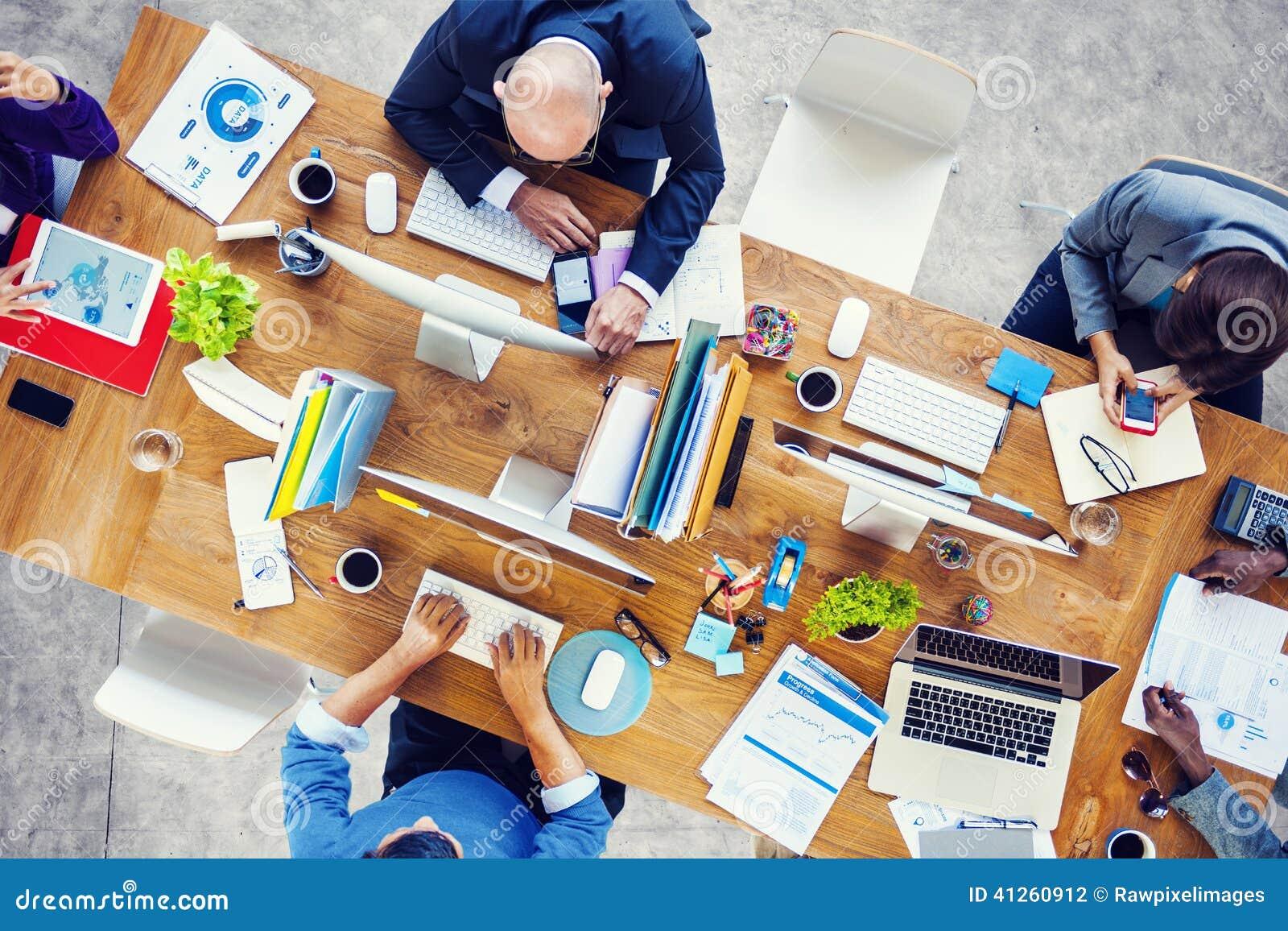 Группа в составе многонациональные занятые люди работая в офисе