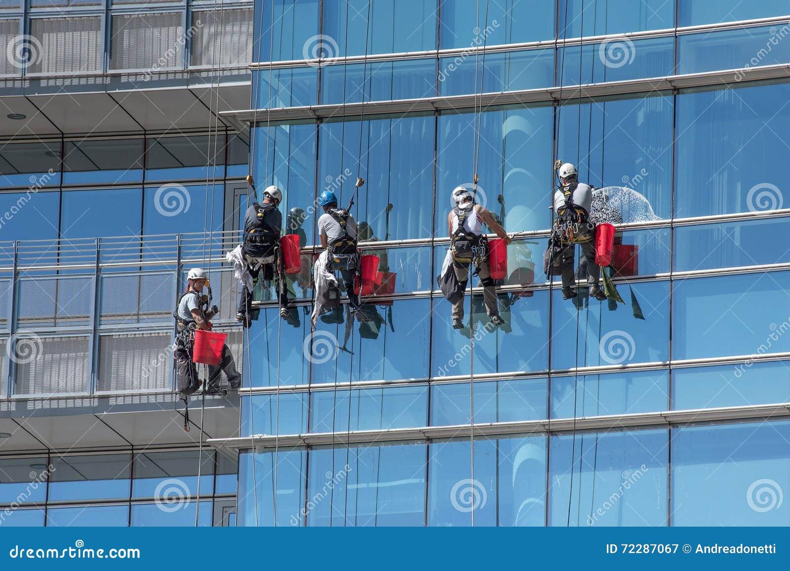 Download Группа в составе мойщики окон приостанавливанные от кабелей Редакционное Фотография - изображение насчитывающей промышленно, небоскреб: 72287067