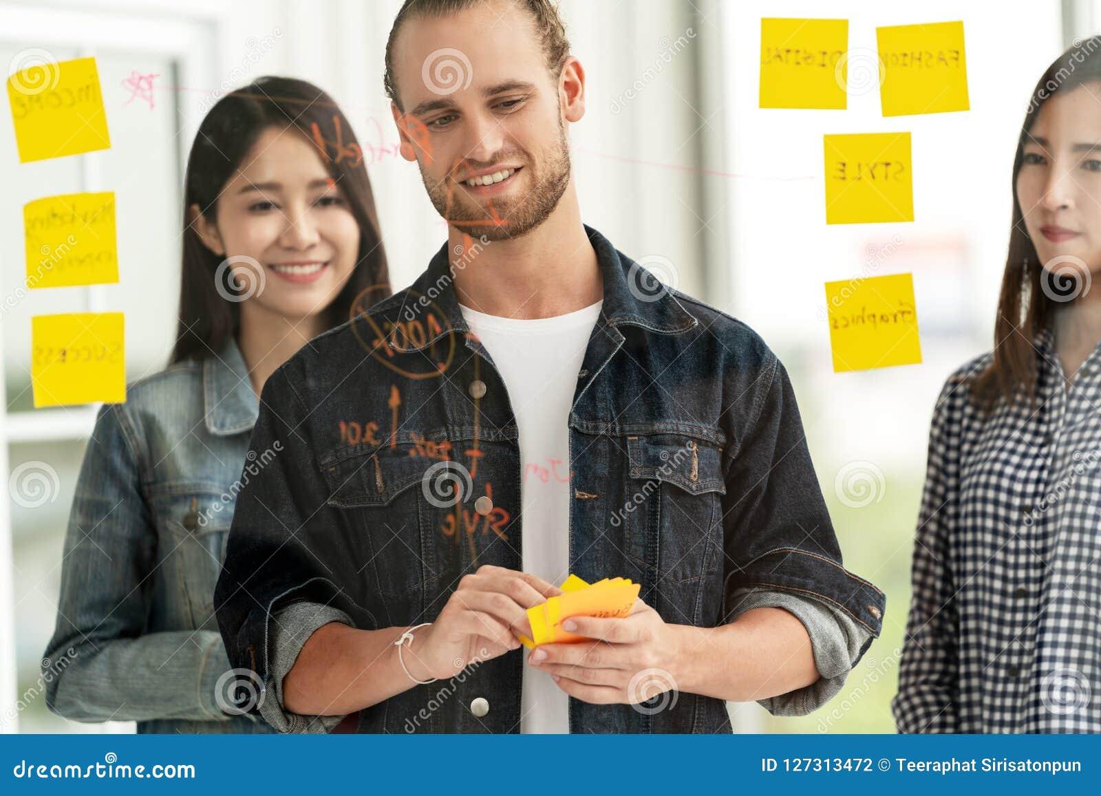 Группа в составе молодая успешная творческая многонациональная улыбка команды и бредовая мысль на проекте на офисе