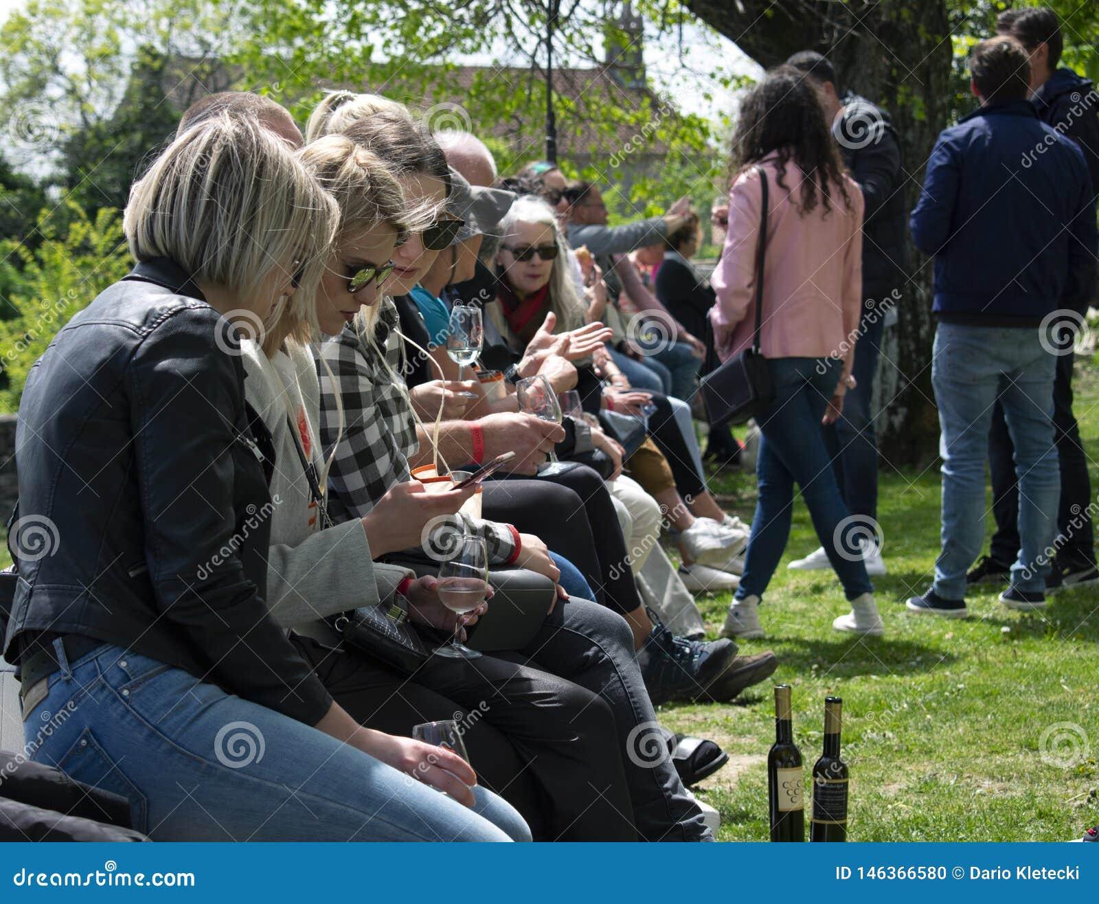 Группа в составе молодые люди на фестивале вина