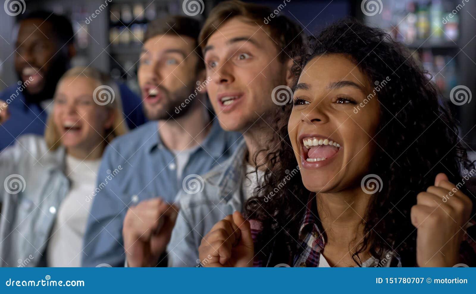 Группа в составе молодые люди укореняя для команды, наличия национальной лиги, аудитории события