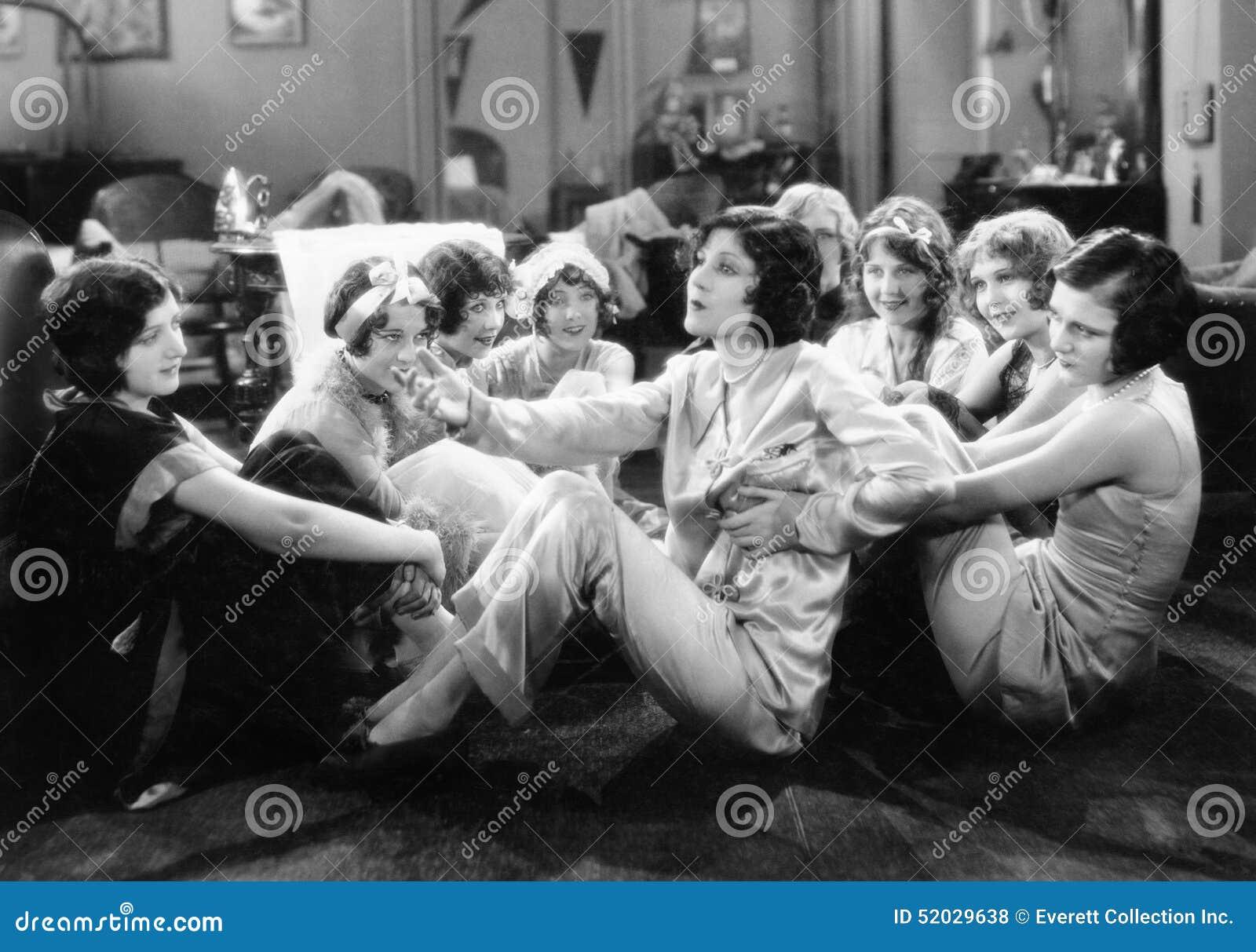 Группа в составе молодые женщины сидя на поле говорить живущей комнаты (все показанные люди нет более длинных никаких имущества e