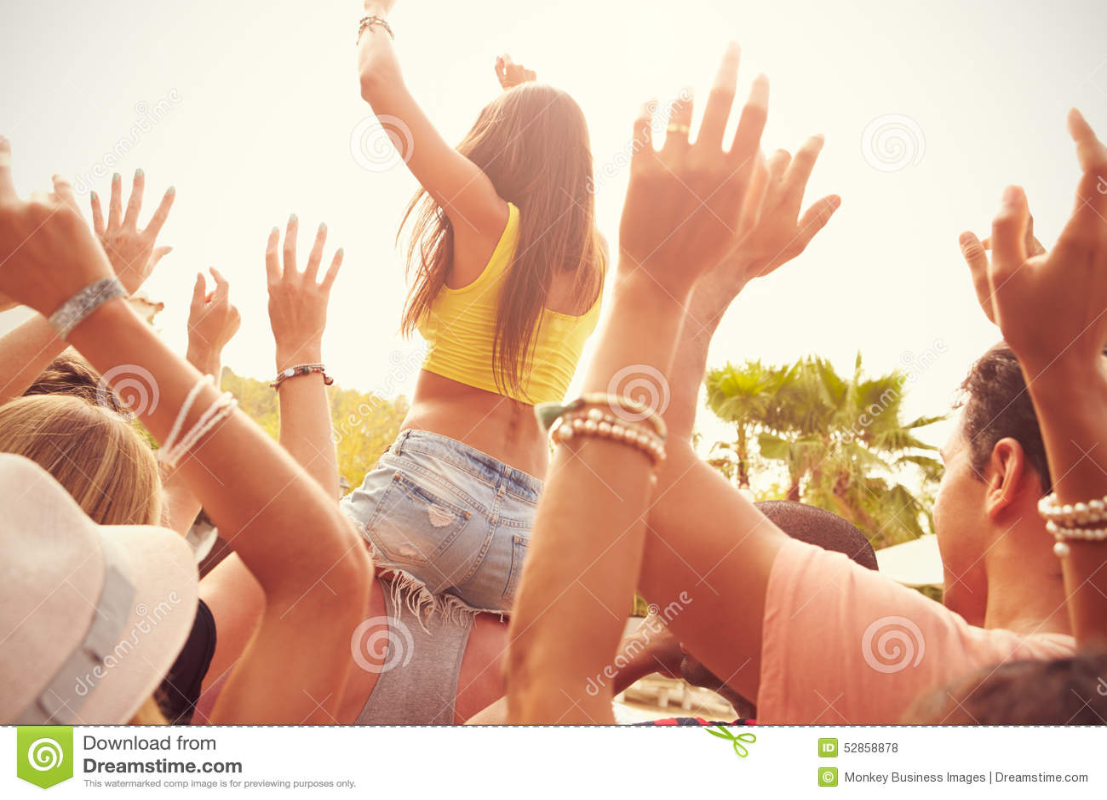 Группа в составе молодые люди наслаждаясь внешним музыкальным фестивалем