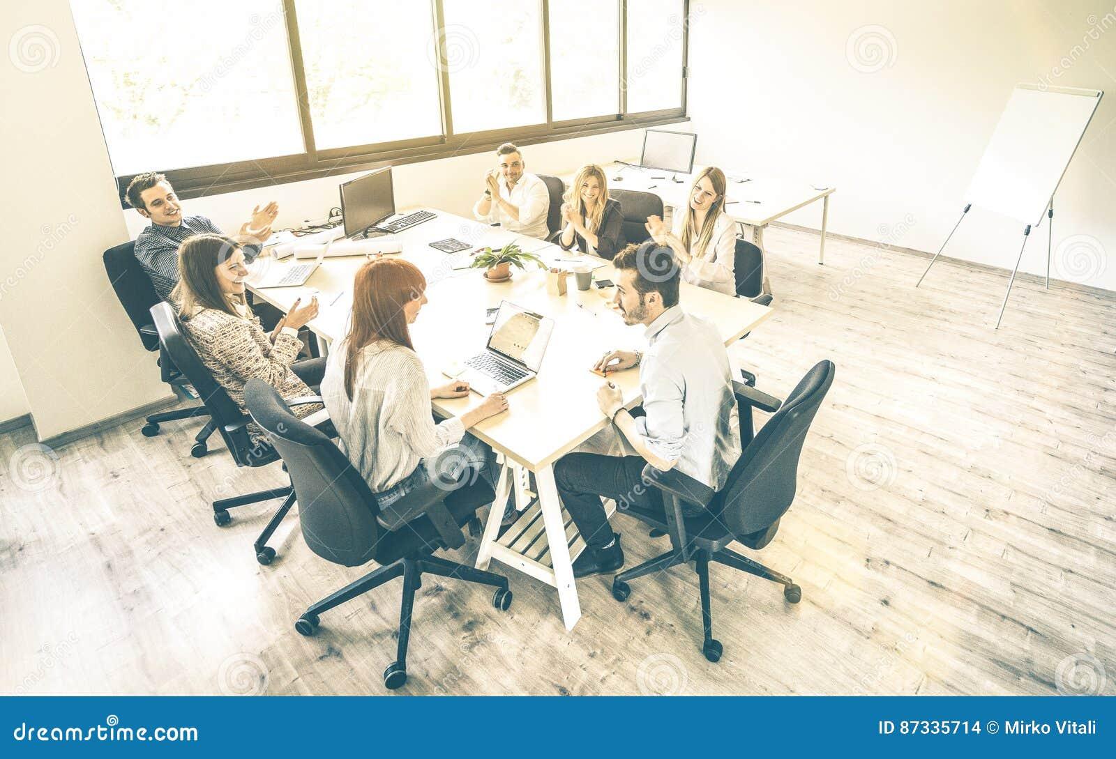 Группа в составе молодые люди сотрудников работника на деловой встрече