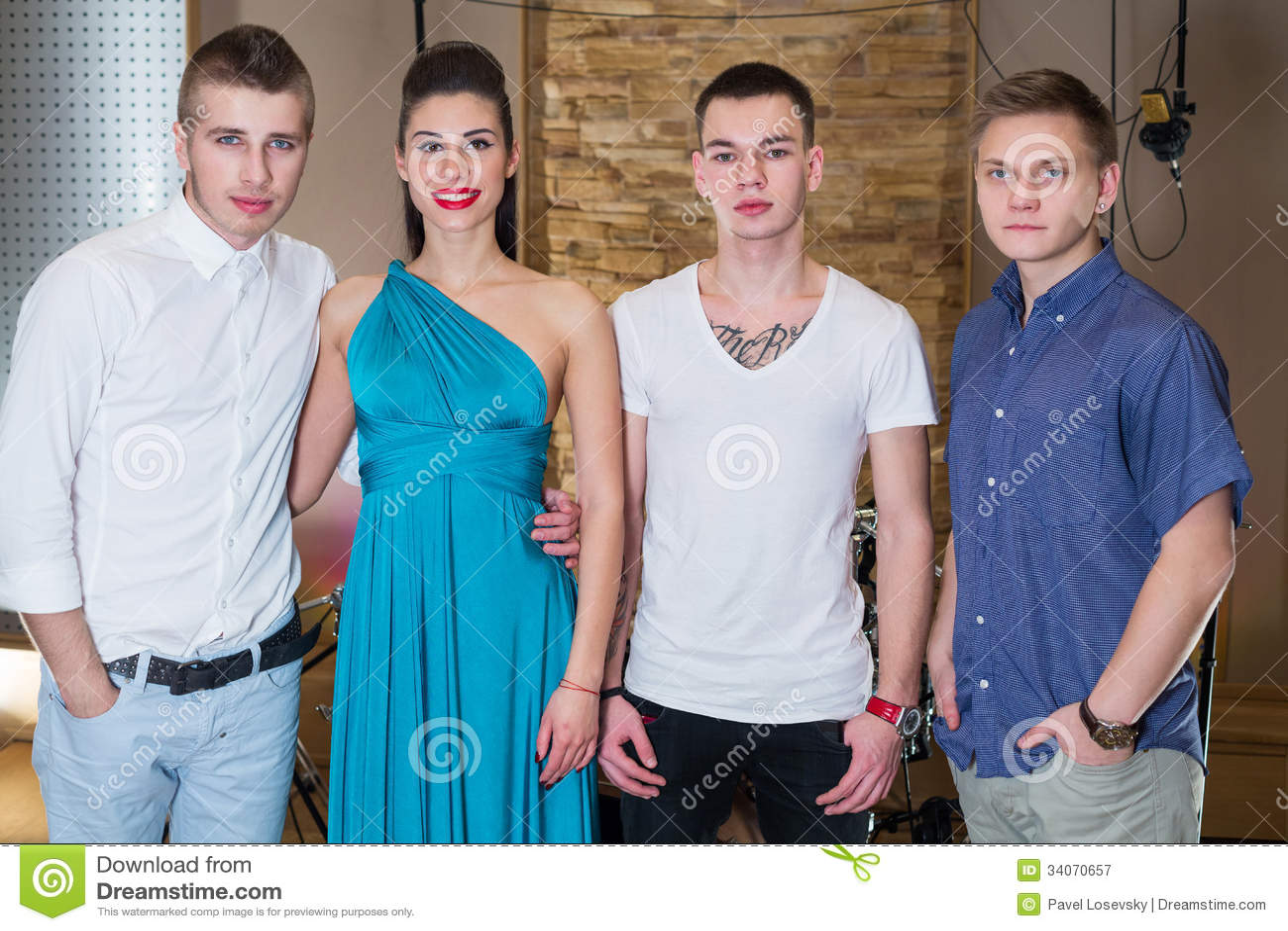 Три парня и девушка фото 44-921