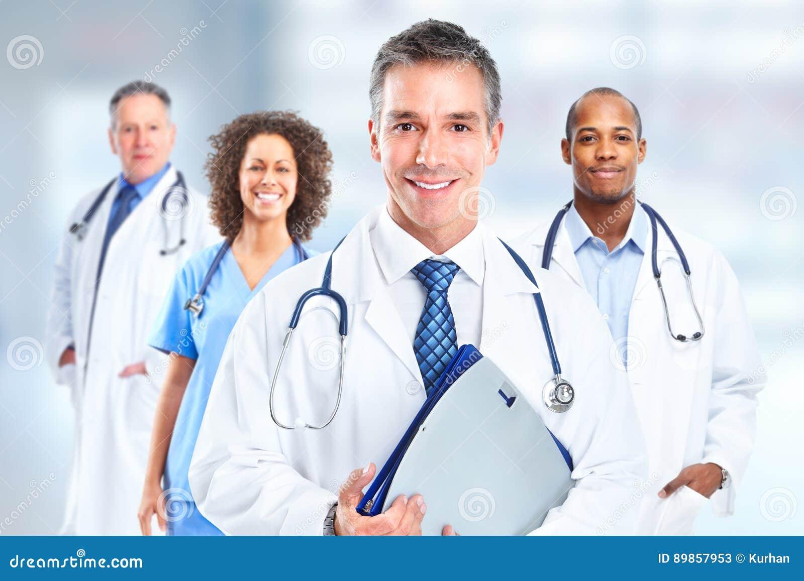 Группа в составе доктора больницы