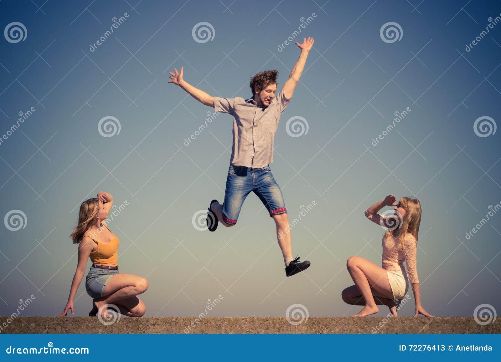 Download Группа в составе ослаблять девушек мальчика 2 друзей внешний Стоковое Изображение - изображение насчитывающей лето, пригонка: 72276413