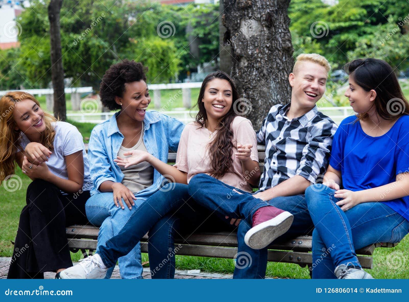 Группа в составе охлаждать multi этнические молодые взрослые людей
