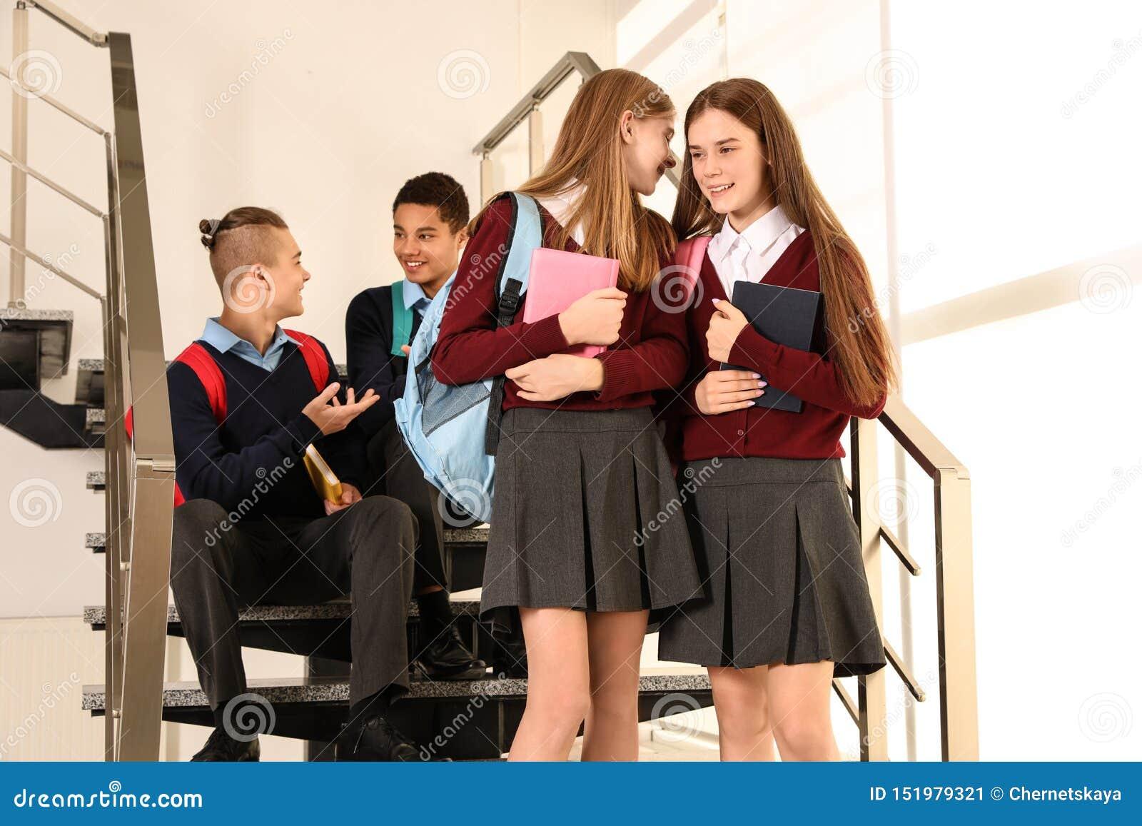 Группа в составе подростки в школьной форме