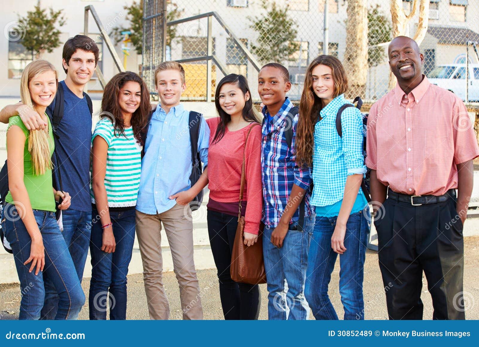Группа в составе подростковые зрачки с учителем вне класса