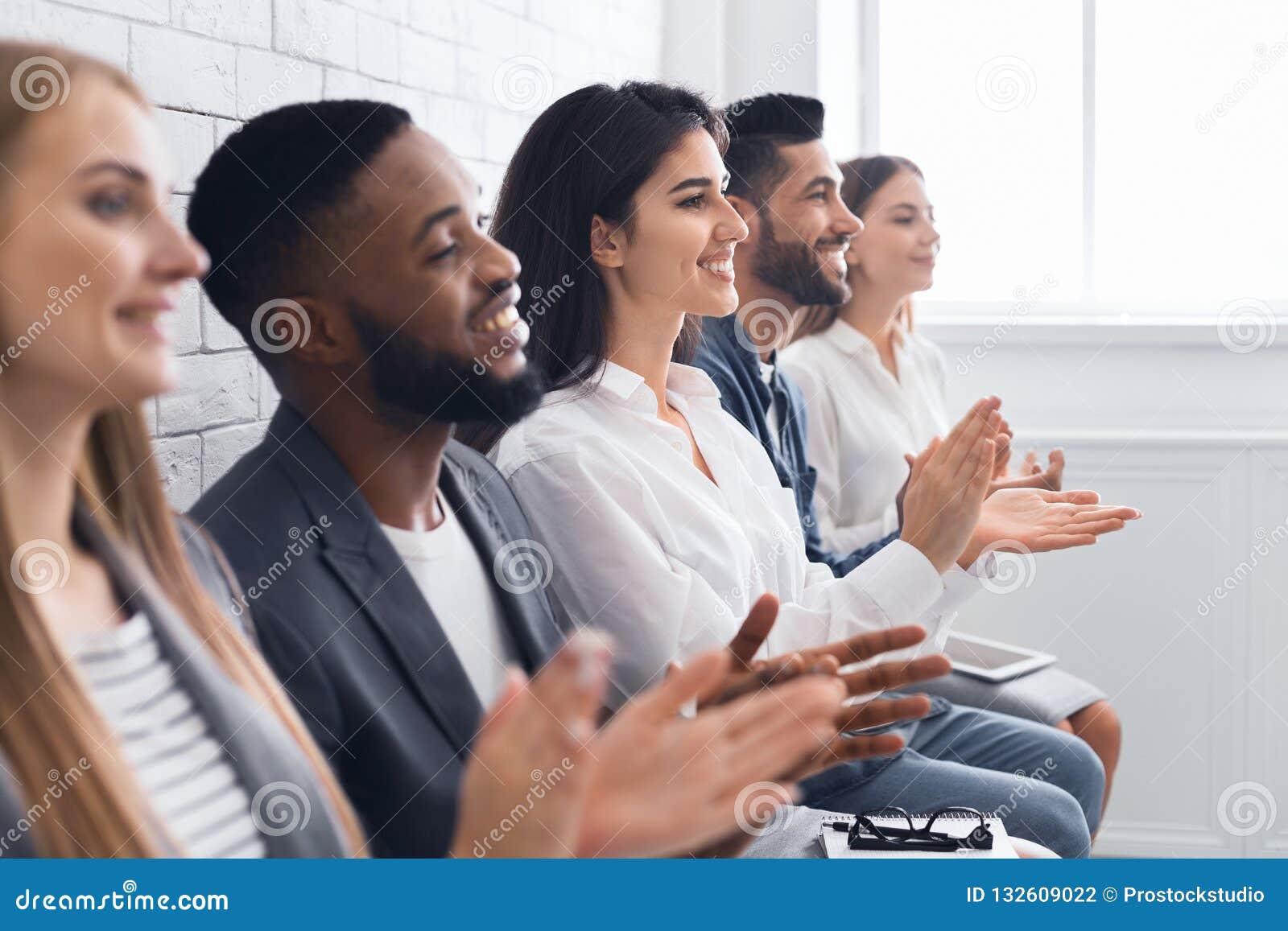 Группа в составе предприниматели хлопая в ладоши на встрече