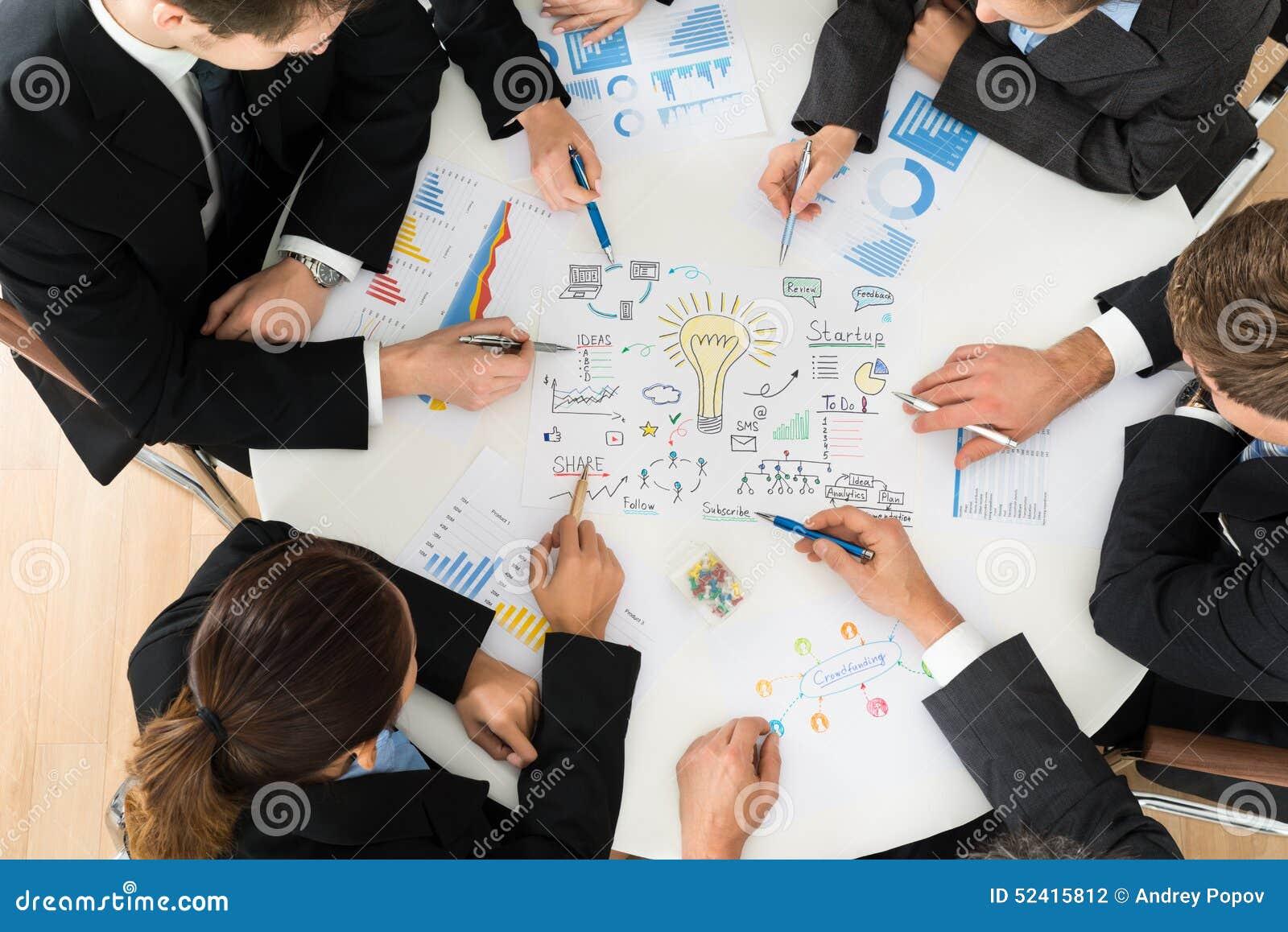 Группа в составе предприниматели планируя для запуска
