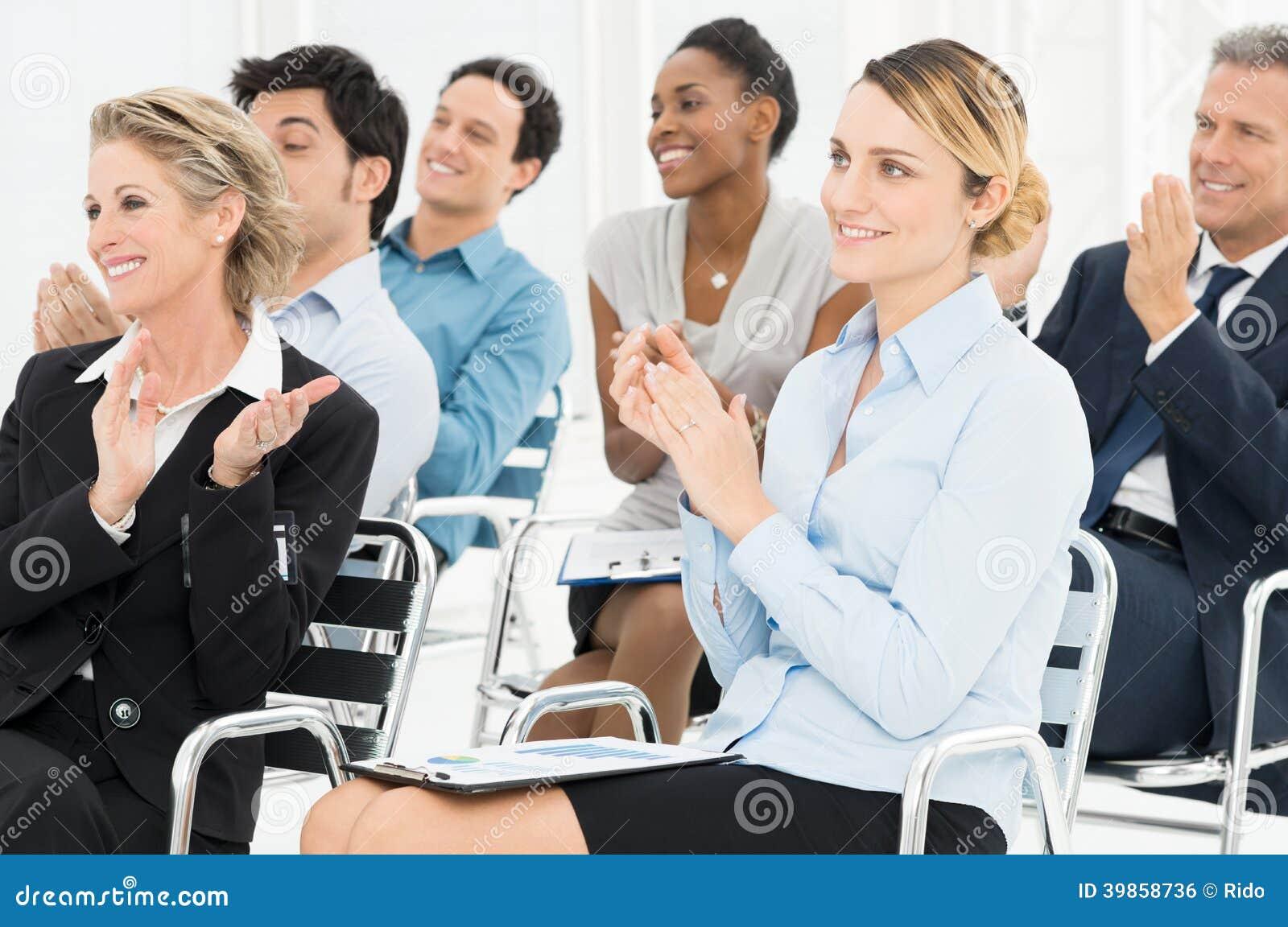 Группа в составе предприниматели хлопая в семинаре