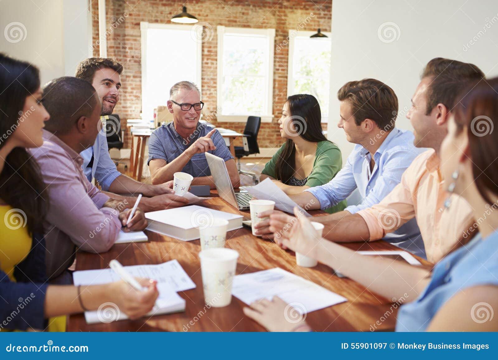 Группа в составе работники офиса встречая для того чтобы обсудить идеи