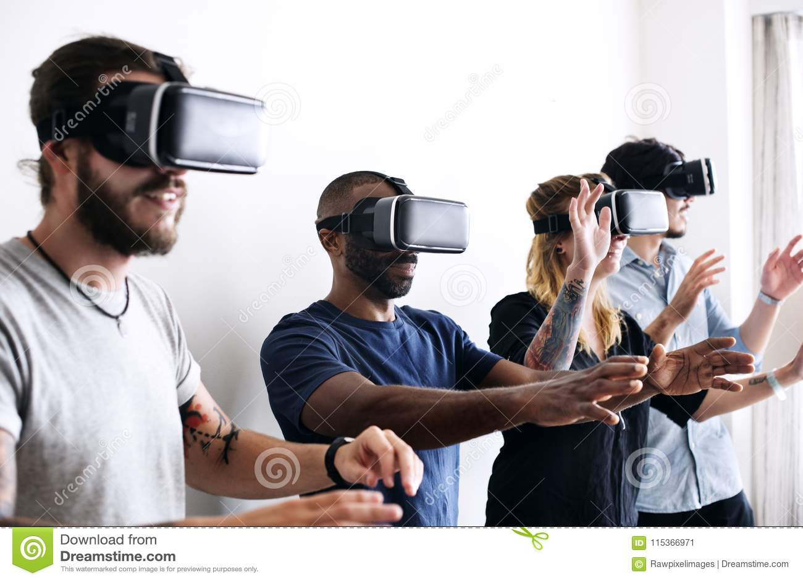 Группа в составе разнообразные друзья испытывая виртуальную реальность с шлемофоном VR