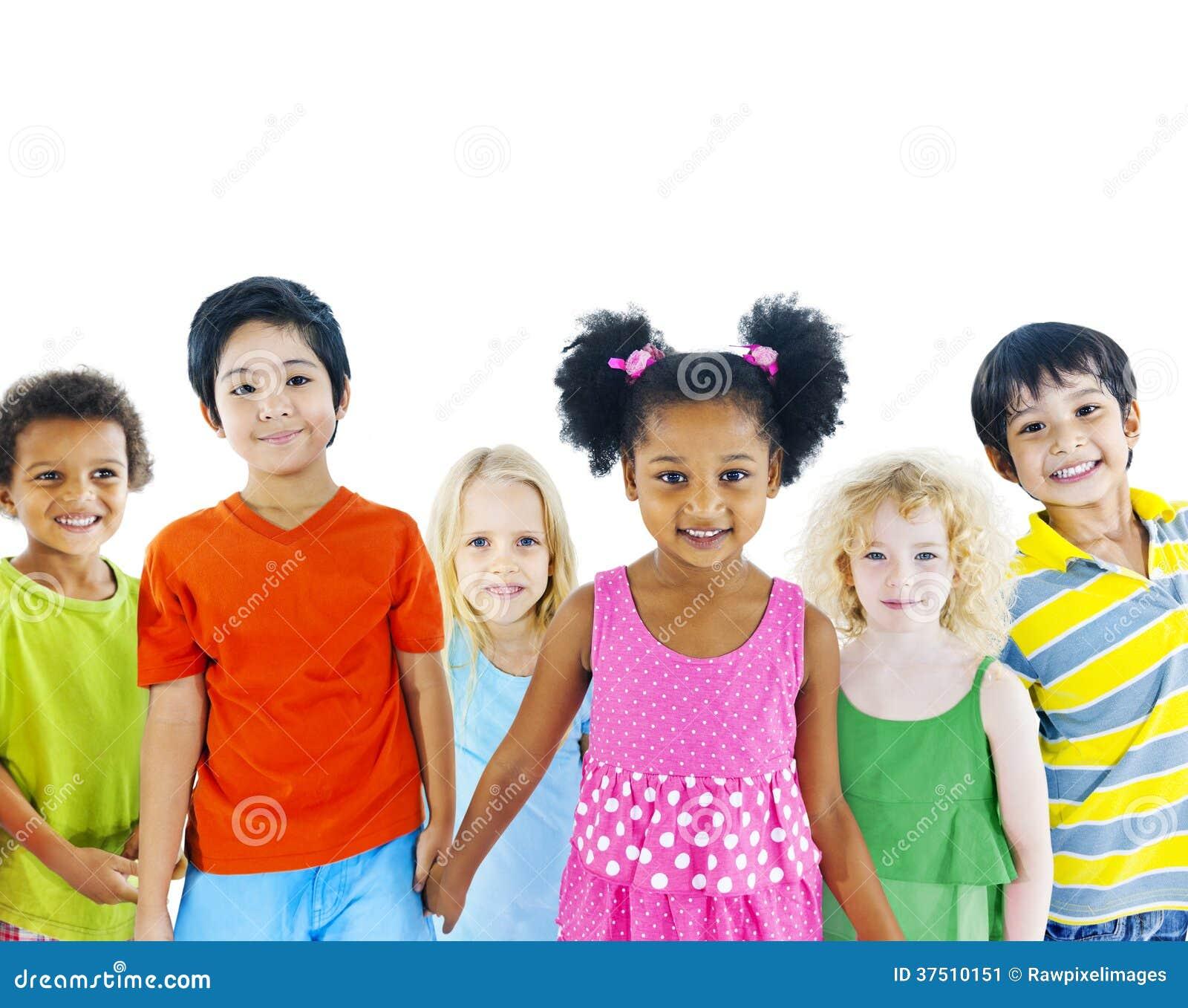 Группа в составе разнообразные дети держа руки