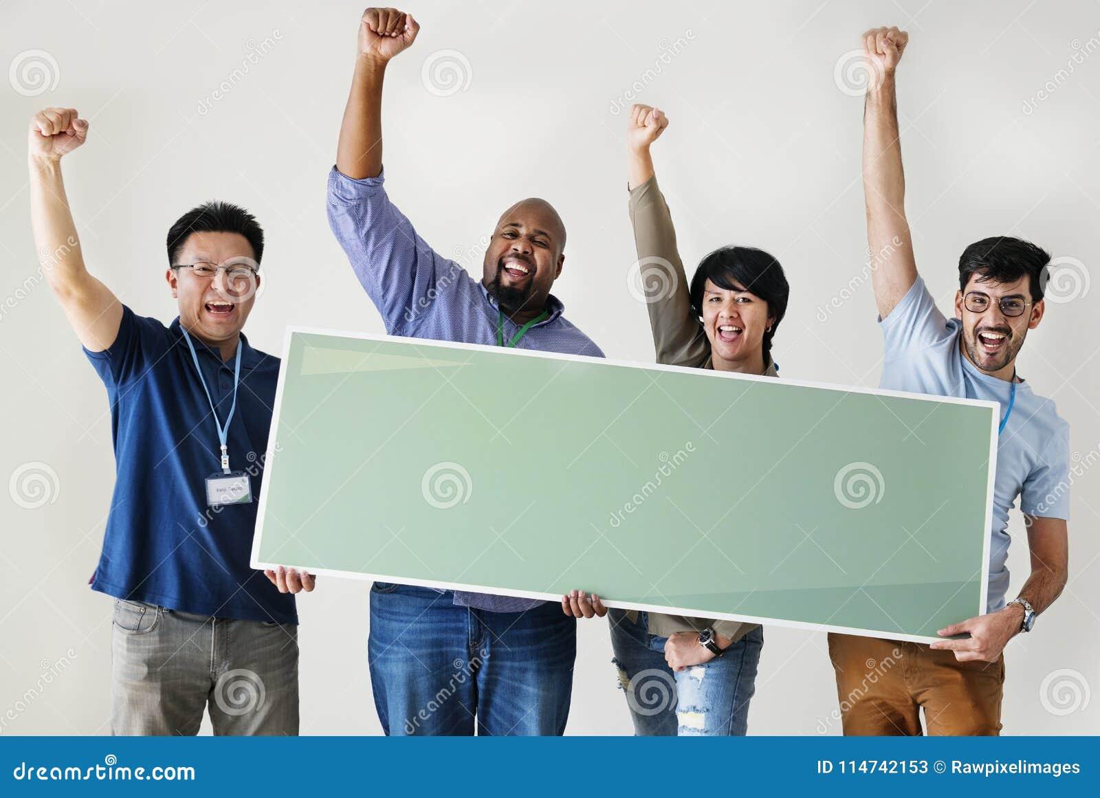 Группа в составе разнообразные люди с пустым знаменем