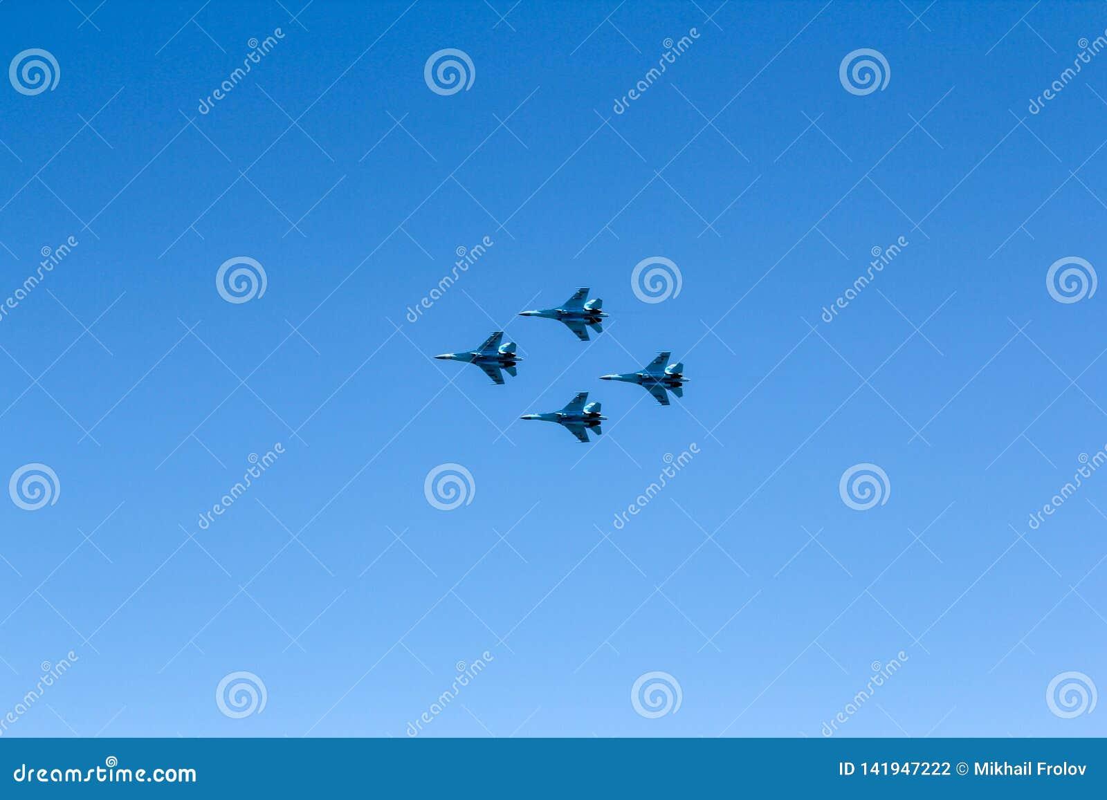 Группа в составе 4 реактивного истребителя в голубом небе