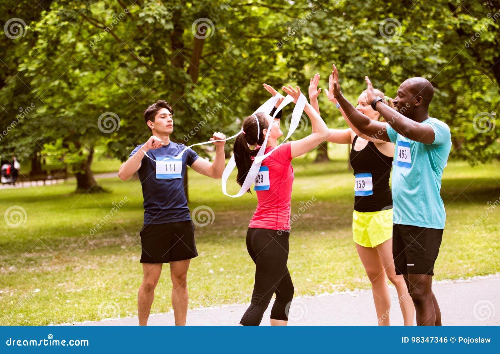 Группа в составе друзья детенышей подходящие счастливые после заканчивать гонку