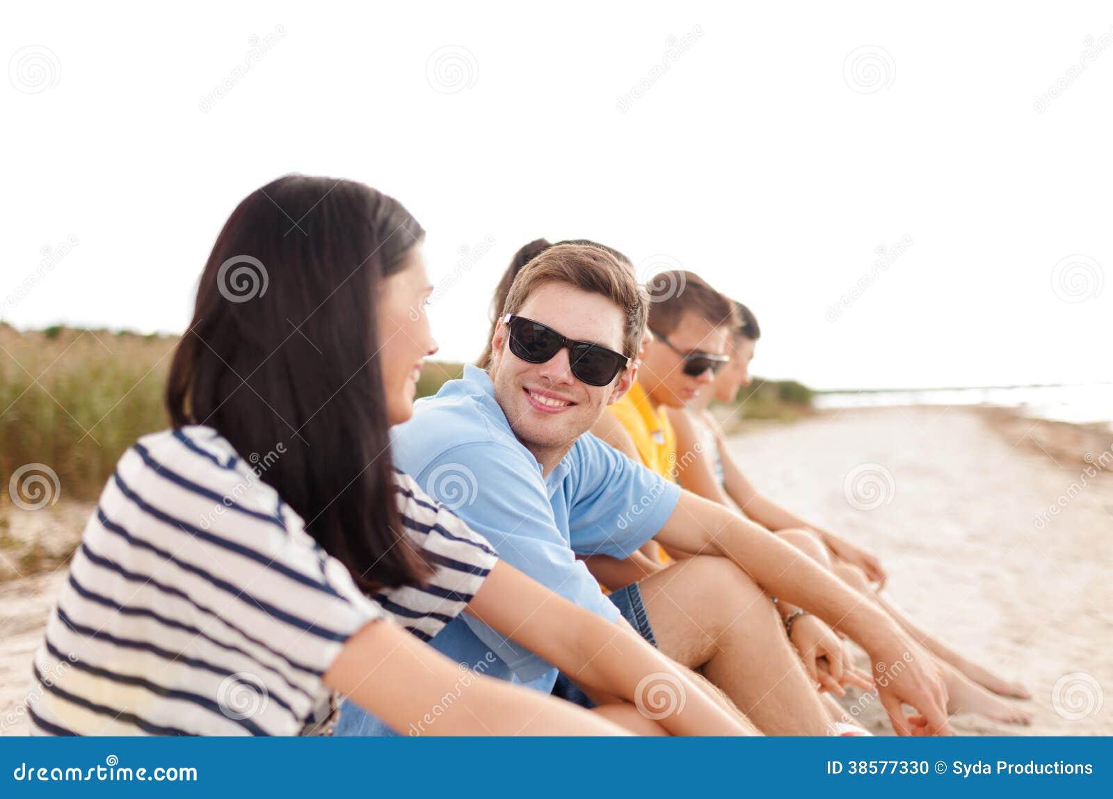 Группа в составе друзья или команда волейбола на пляже