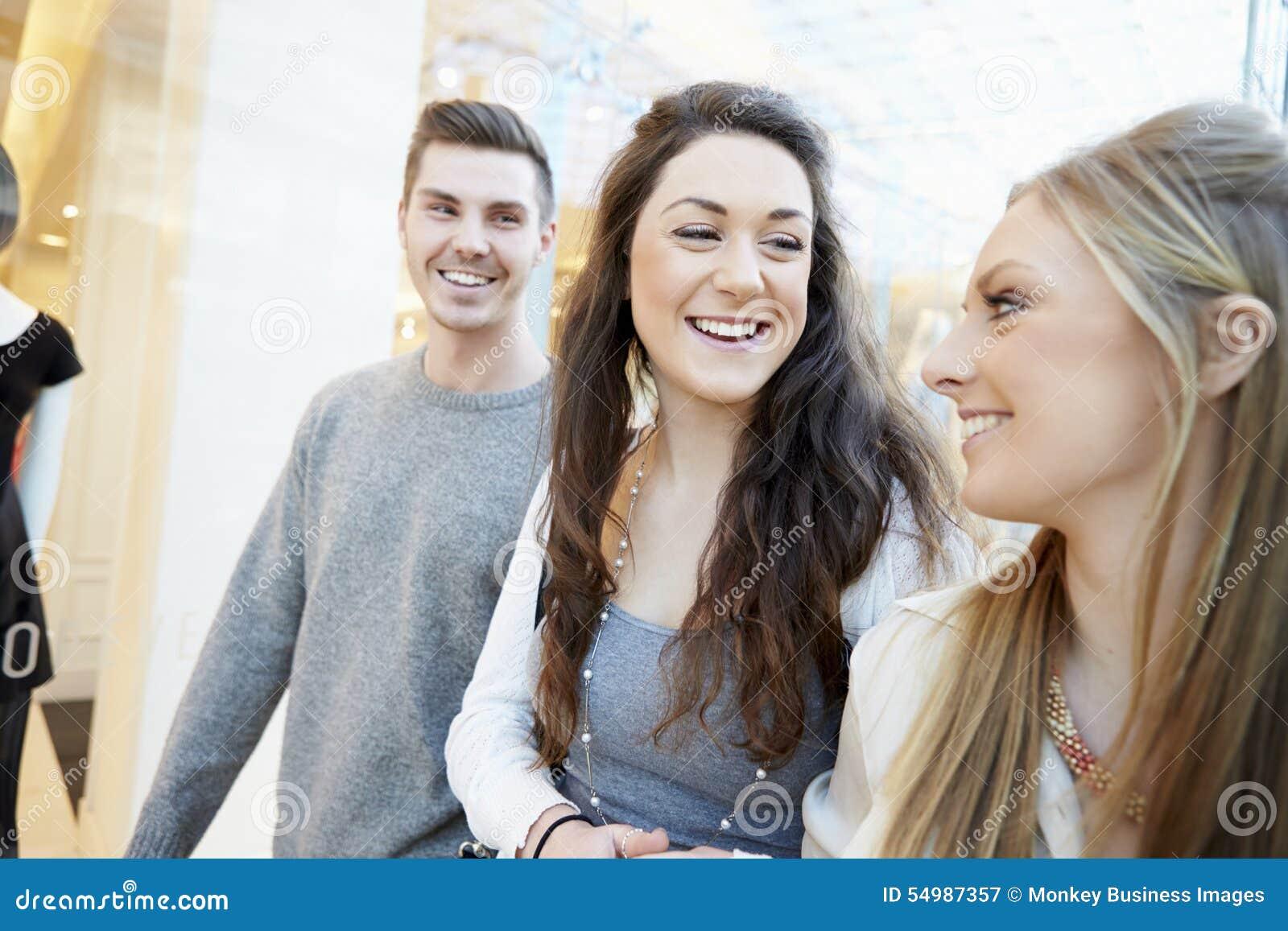 Группа в составе друзья ходя по магазинам в моле совместно