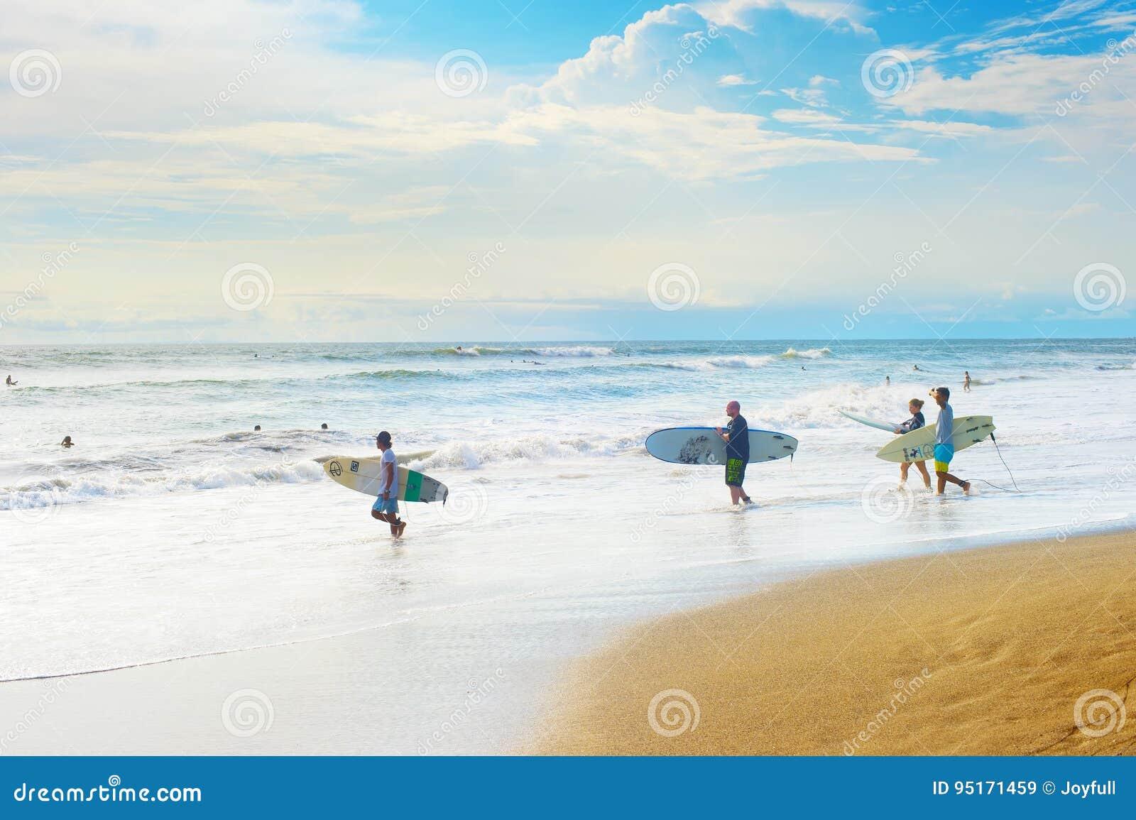 Группа в составе серферы, остров Бали