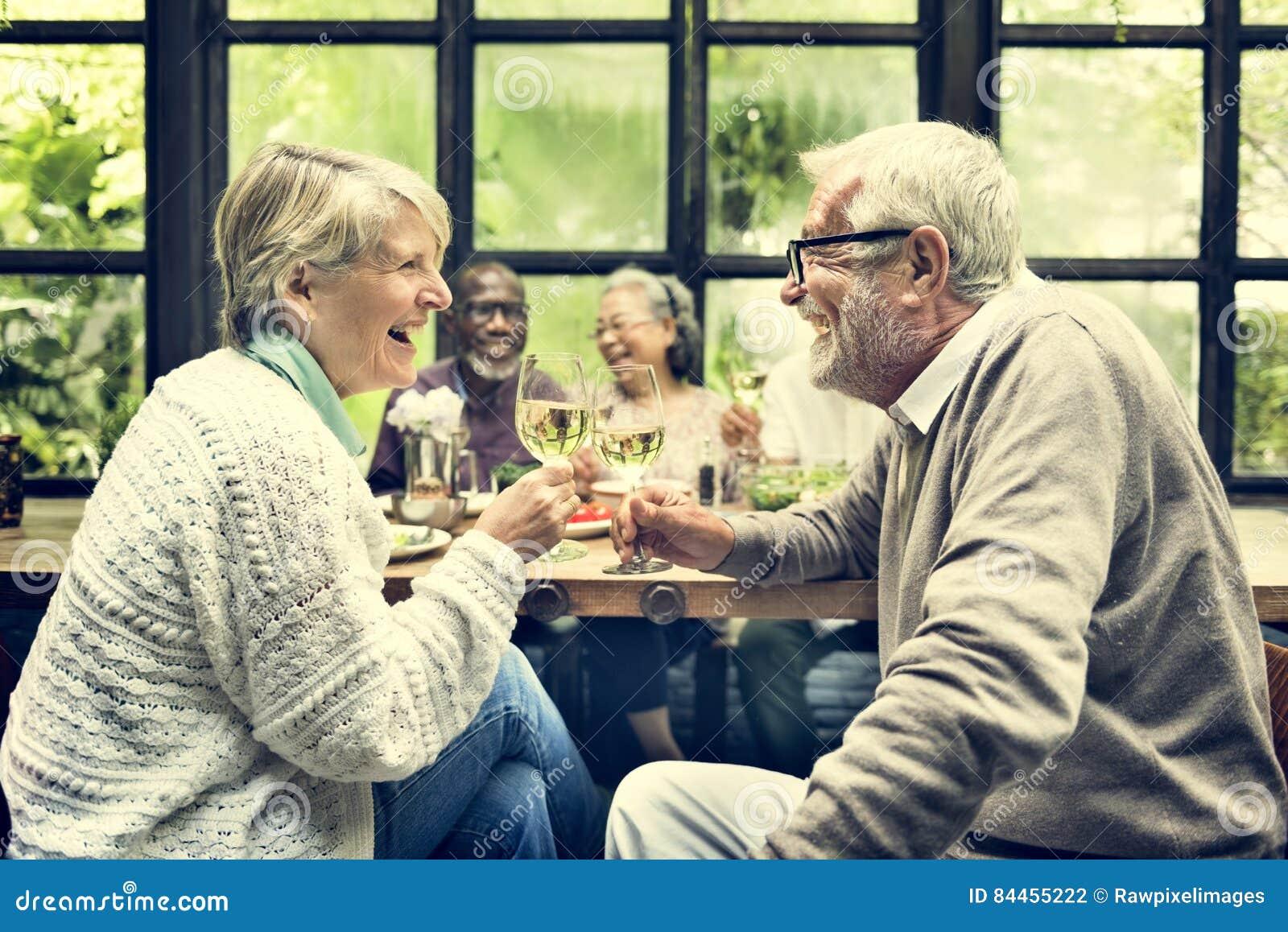 Группа в составе старшая встреча выхода на пенсию вверх по концепции счастья