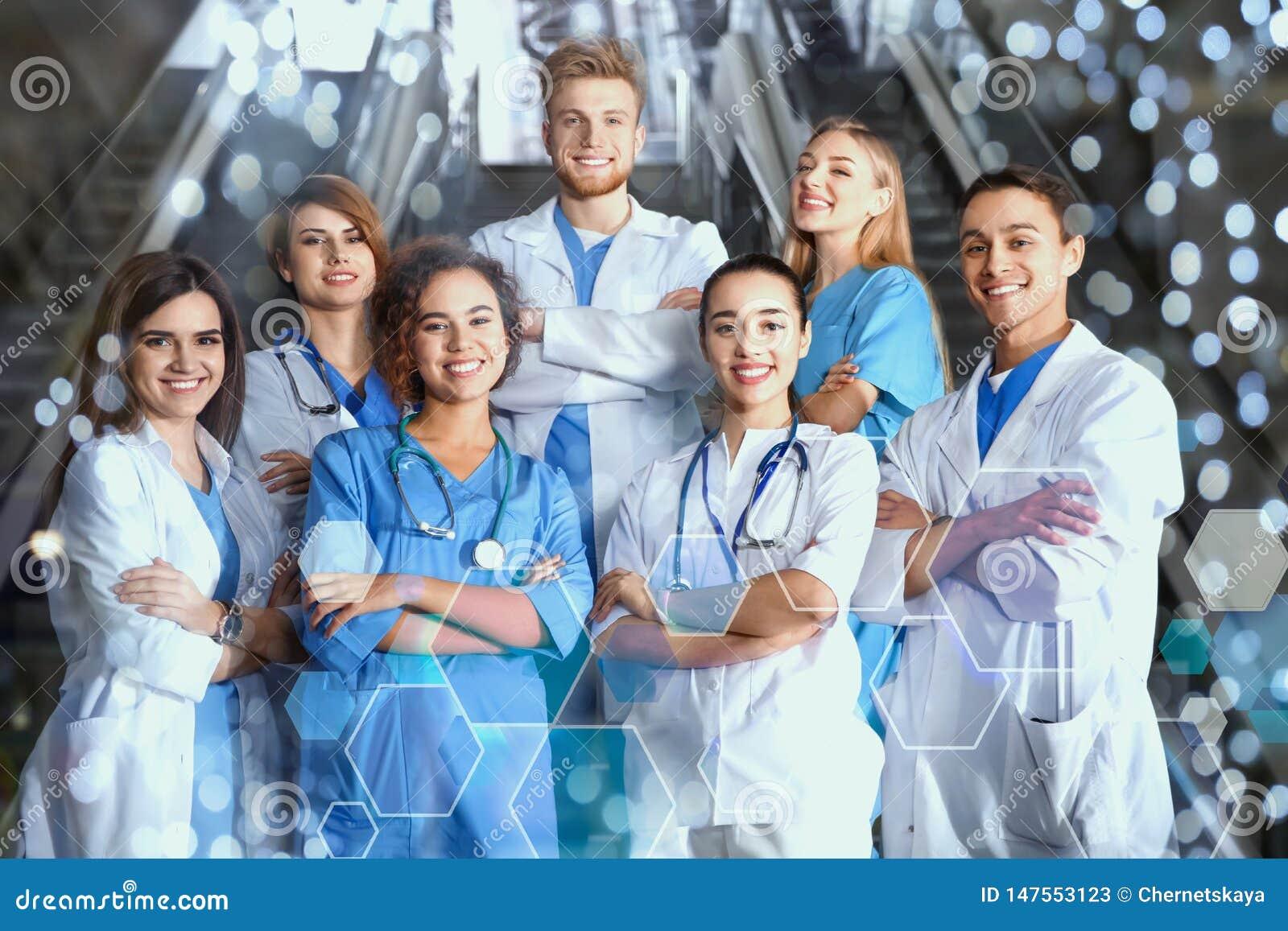 Группа в составе студент-медики в коллеже