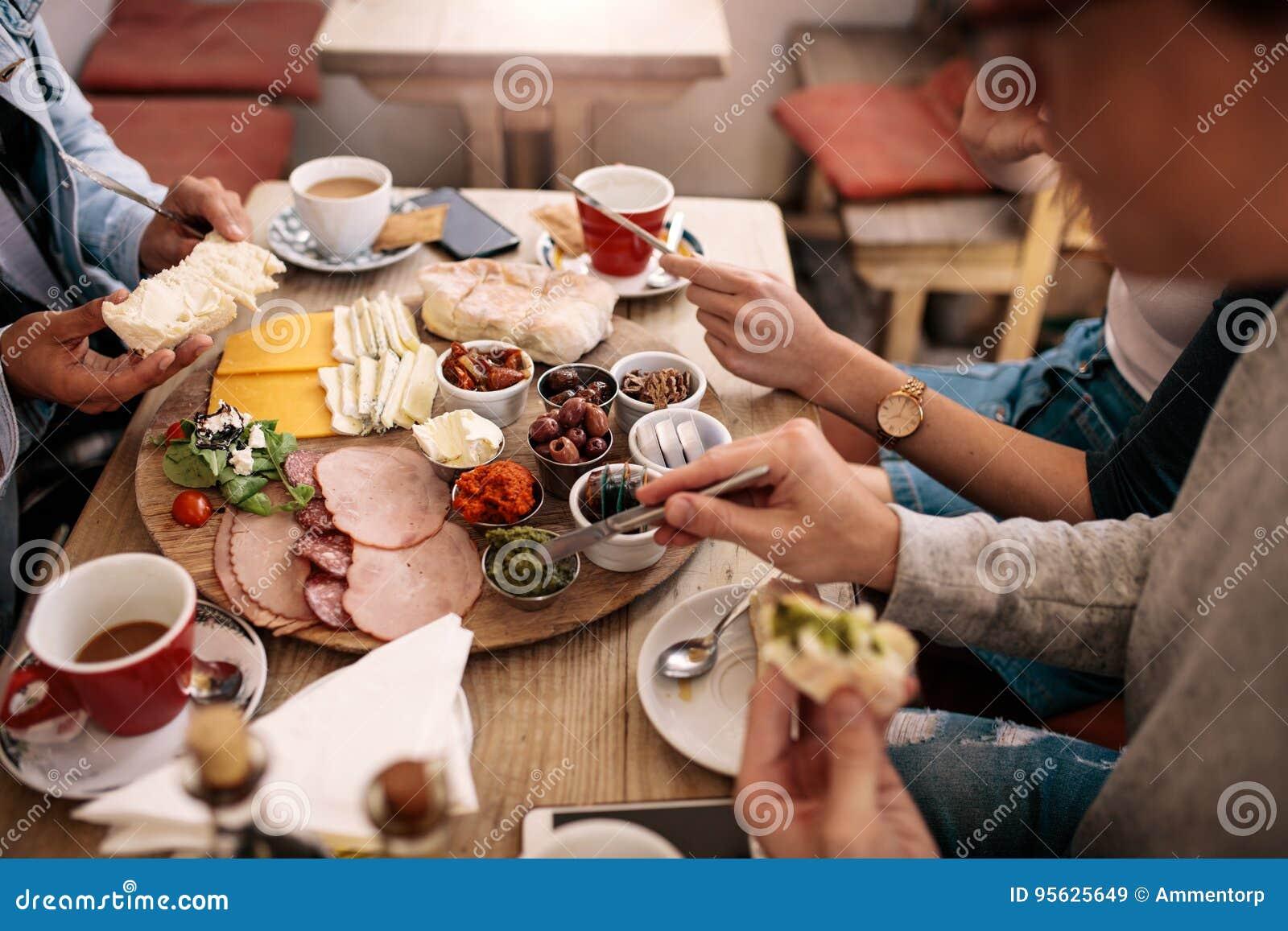 Группа в составе студенты имея еду в буфете коллежа