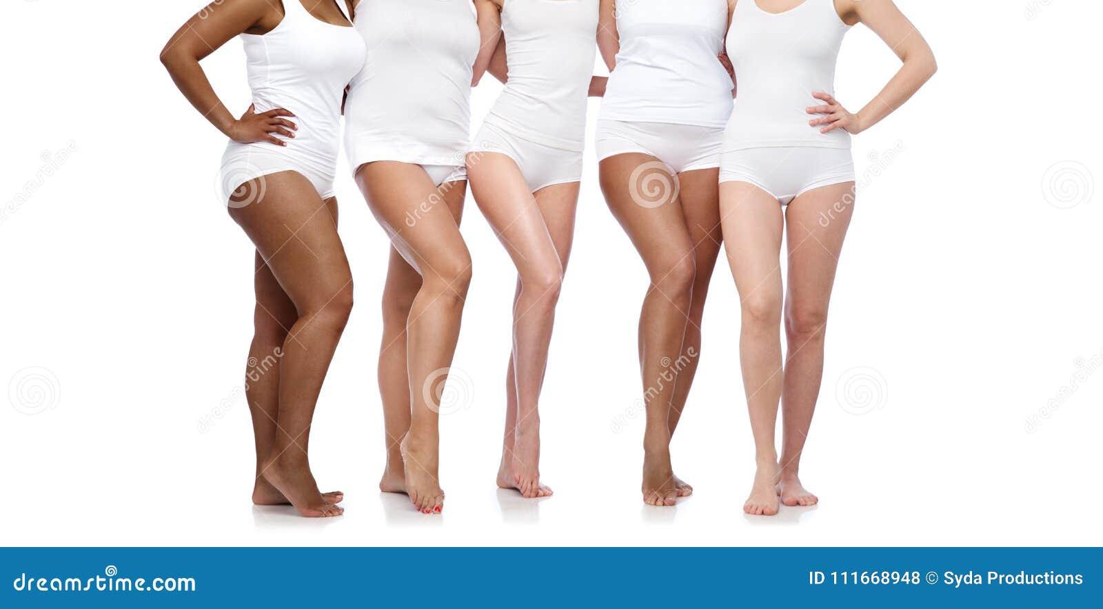 Группа в составе счастливые разнообразные женщины в белом нижнем белье
