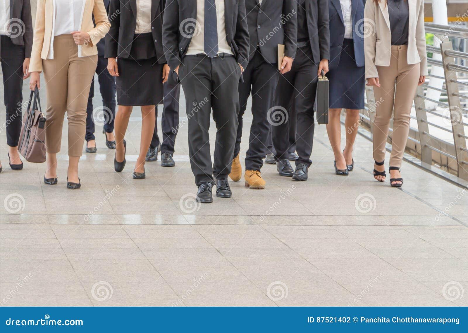 Группа в составе счастливая молодая команда дела, предприниматели идя внешний офис совместно
