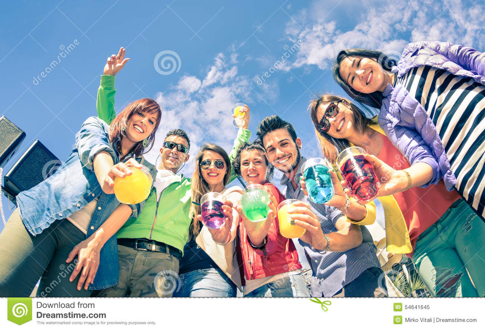 Группа в составе счастливые друзья имея потеху совместно на партии коктеиля