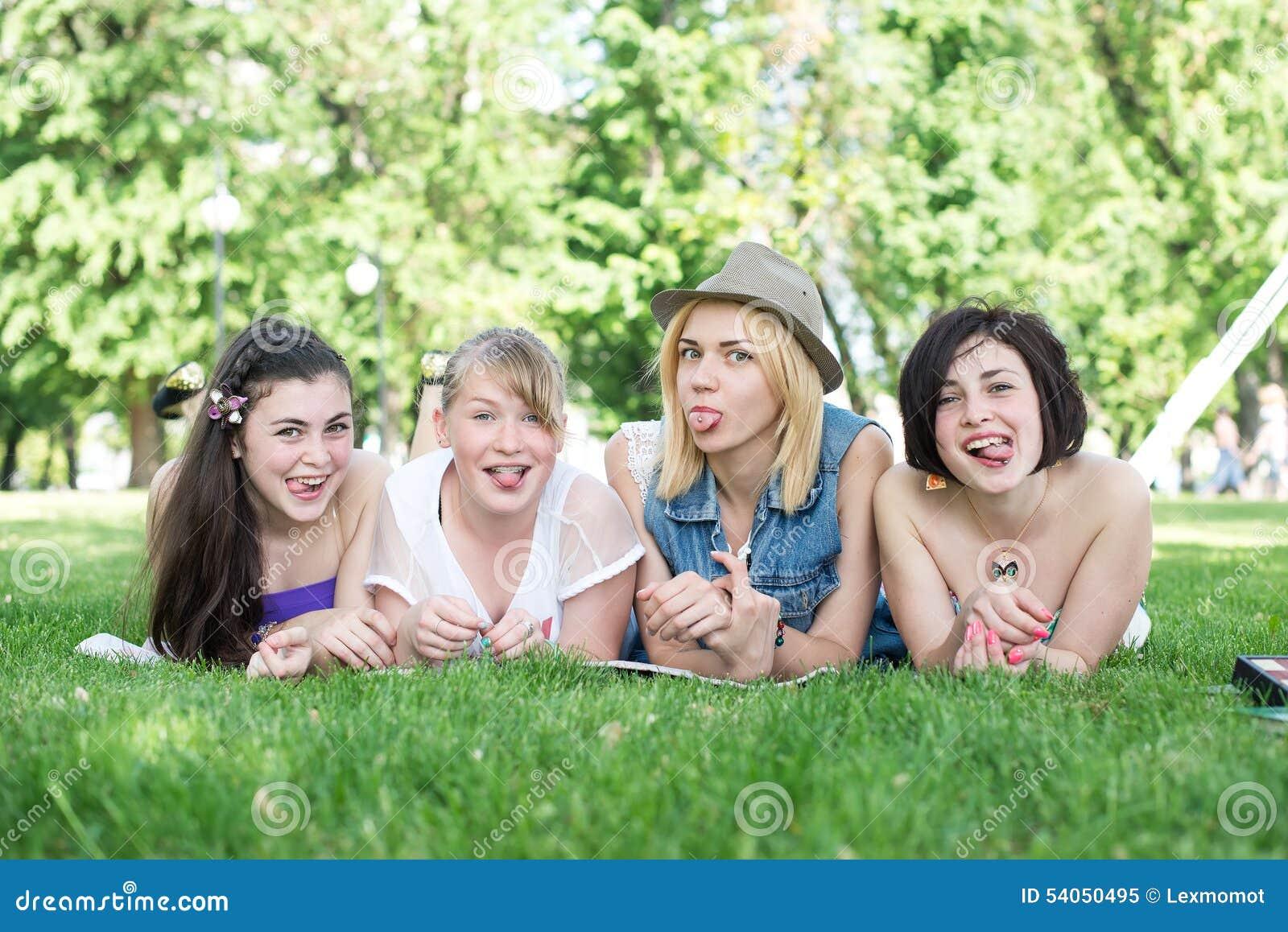 Группа в составе счастливые усмехаясь подростковые студенты