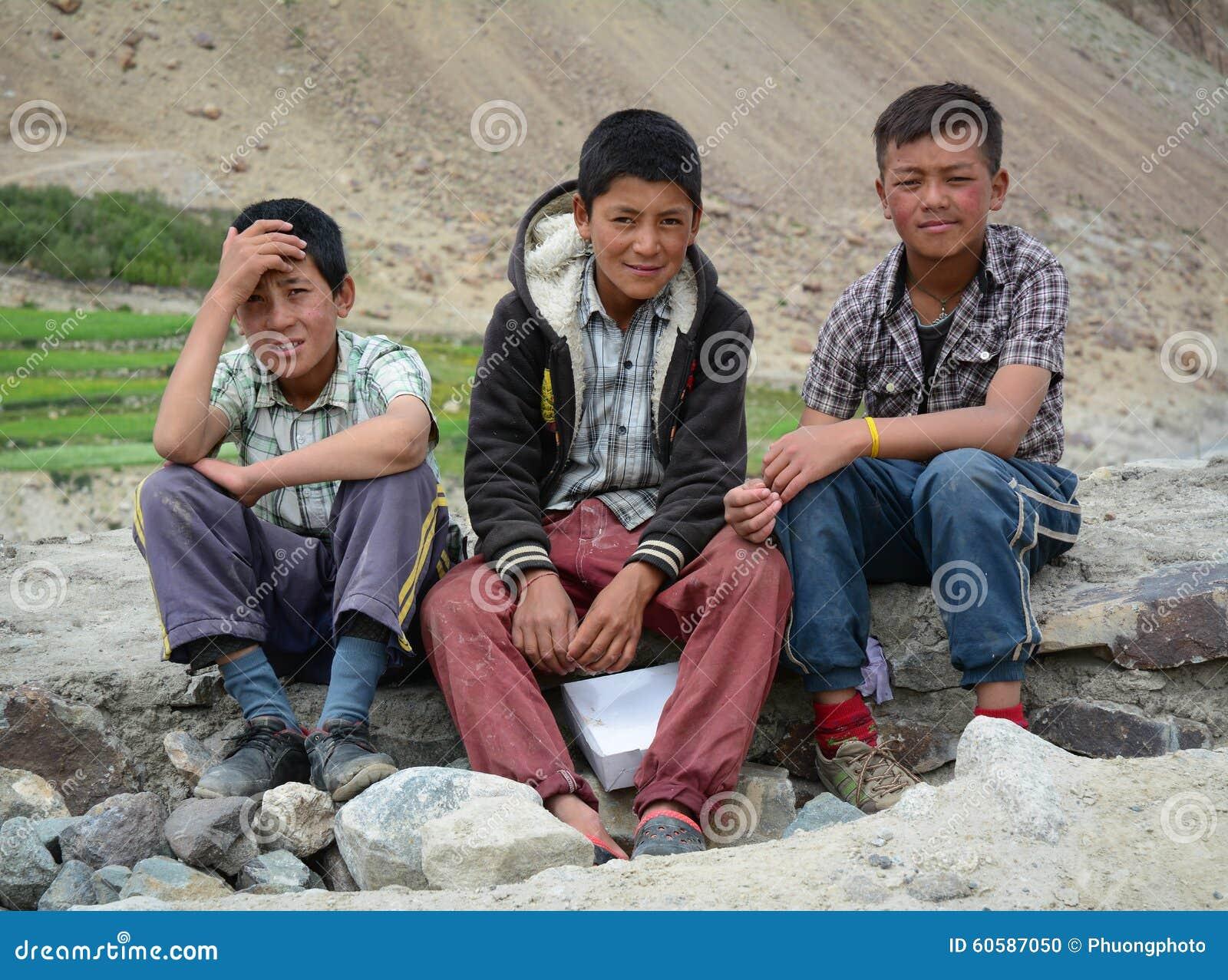 Группа в составе тибетские дети сидя совместно