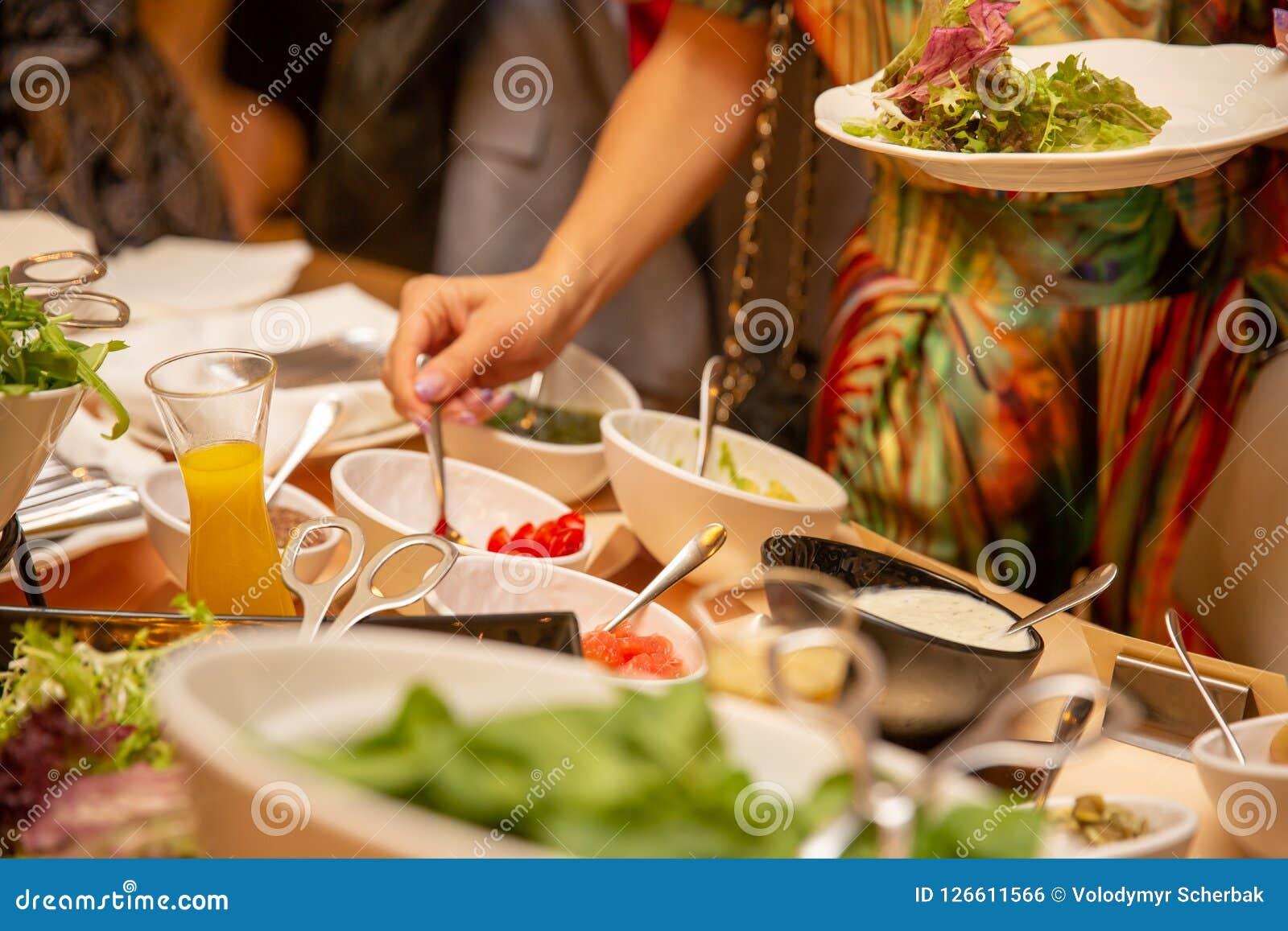Группа в составе туристы обедает фреска al Женщина кладет еду buffed