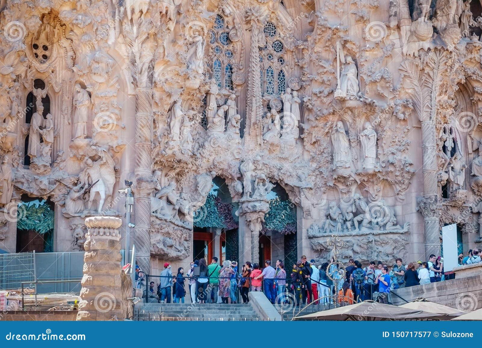 Группа в составе туристы queuing на входе Sagrada Familia