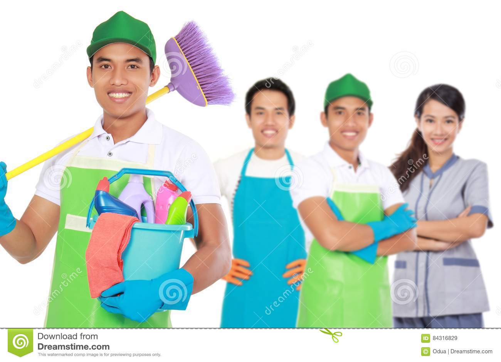 Группа в составе уборки готовые для того чтобы сделать работы по дому