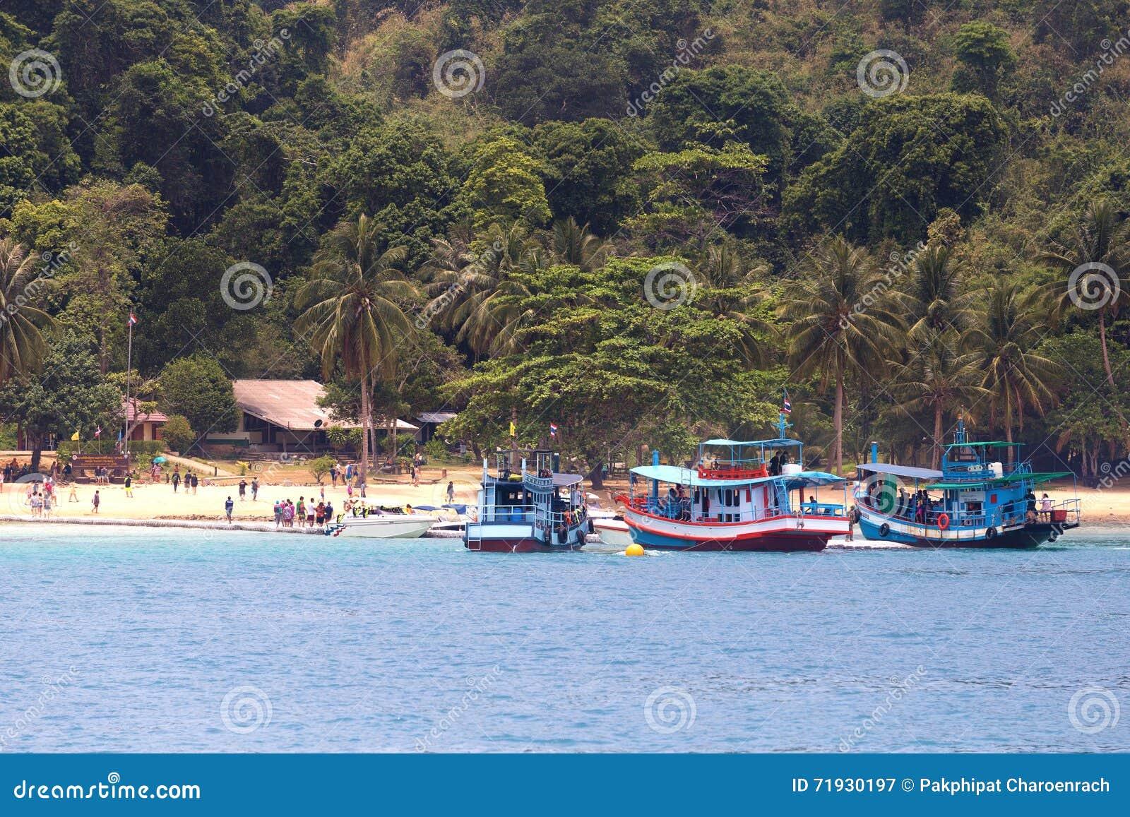 Группа в составе шлюпки и туристы longtail на ЗВЕНЕЛА остров Звенел остров расположенный около Koh Chang в Trat, Таиланде