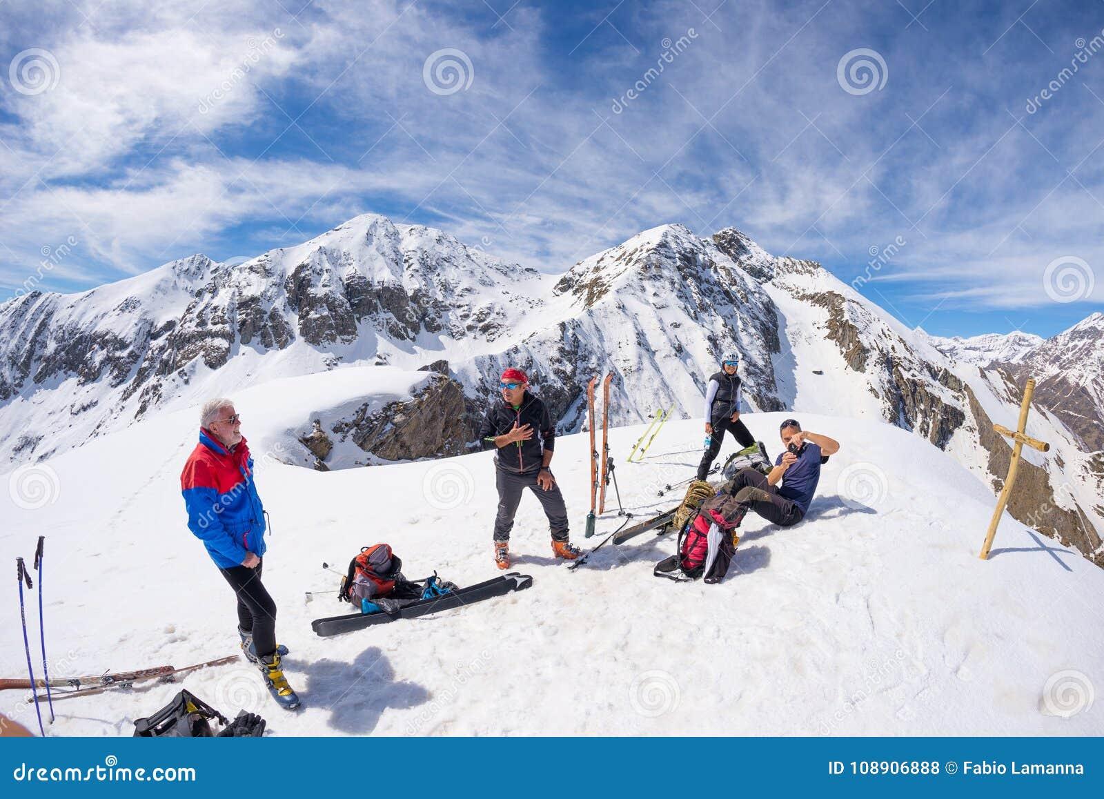 Группа в составе selfie alpinists на верхней части горы Сценарная предпосылка большой возвышенности на снеге покрыла Альпы, солне