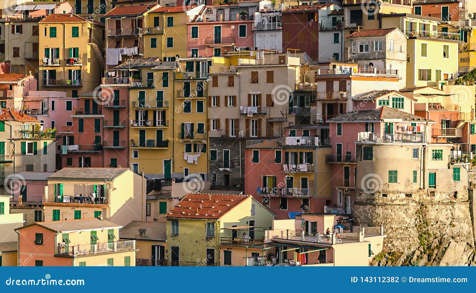 Группа деревни Manarola домов в Cinque Terre, Италии