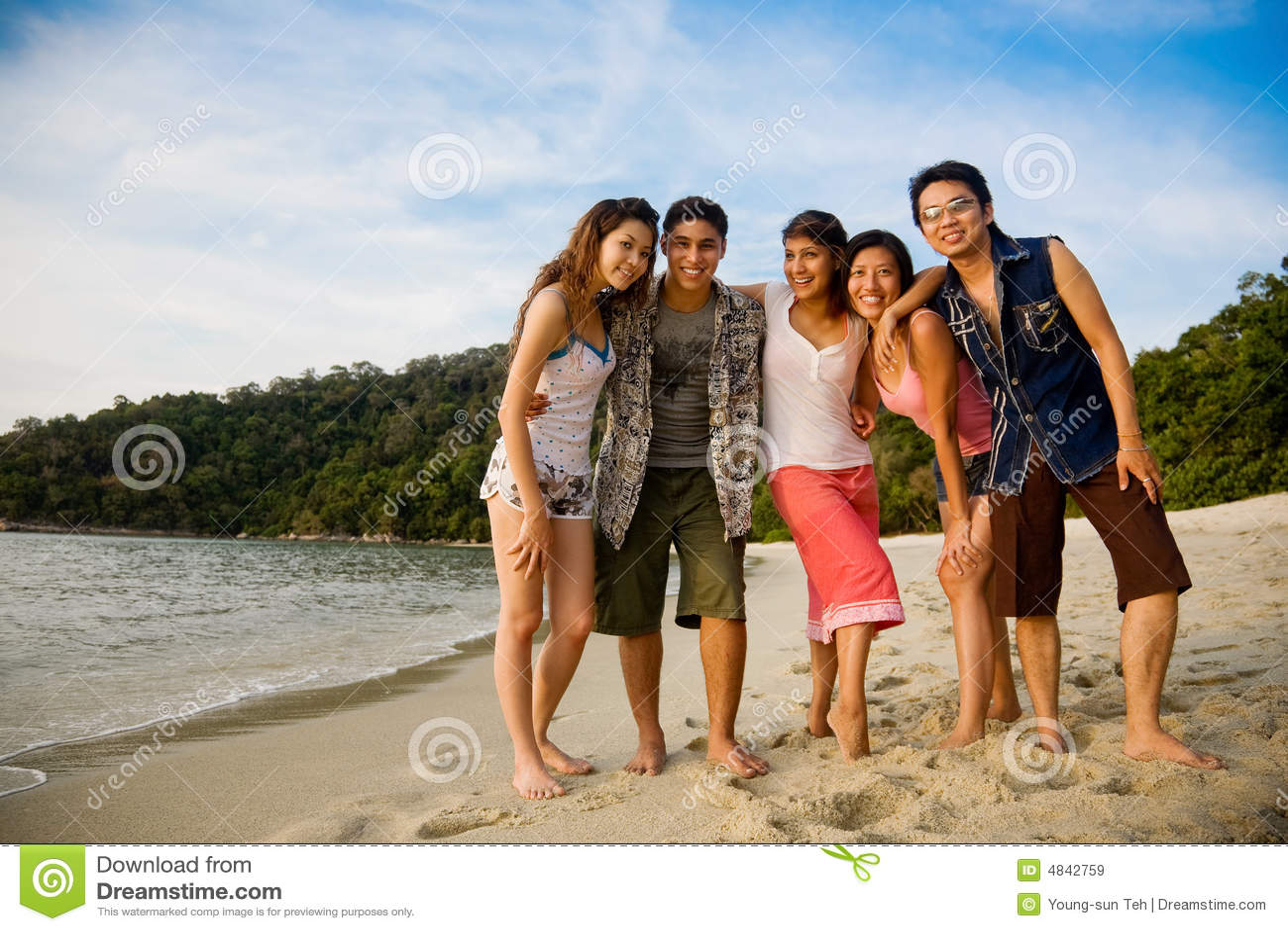 группа друзей пляжа