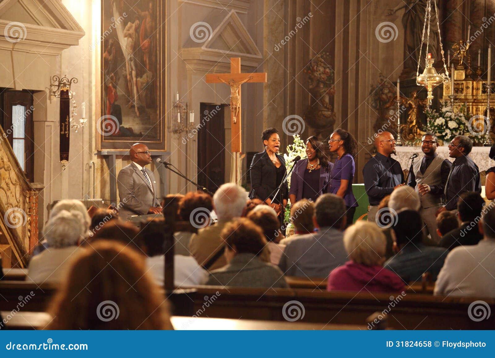 Группа Евангелия поя внутри церков