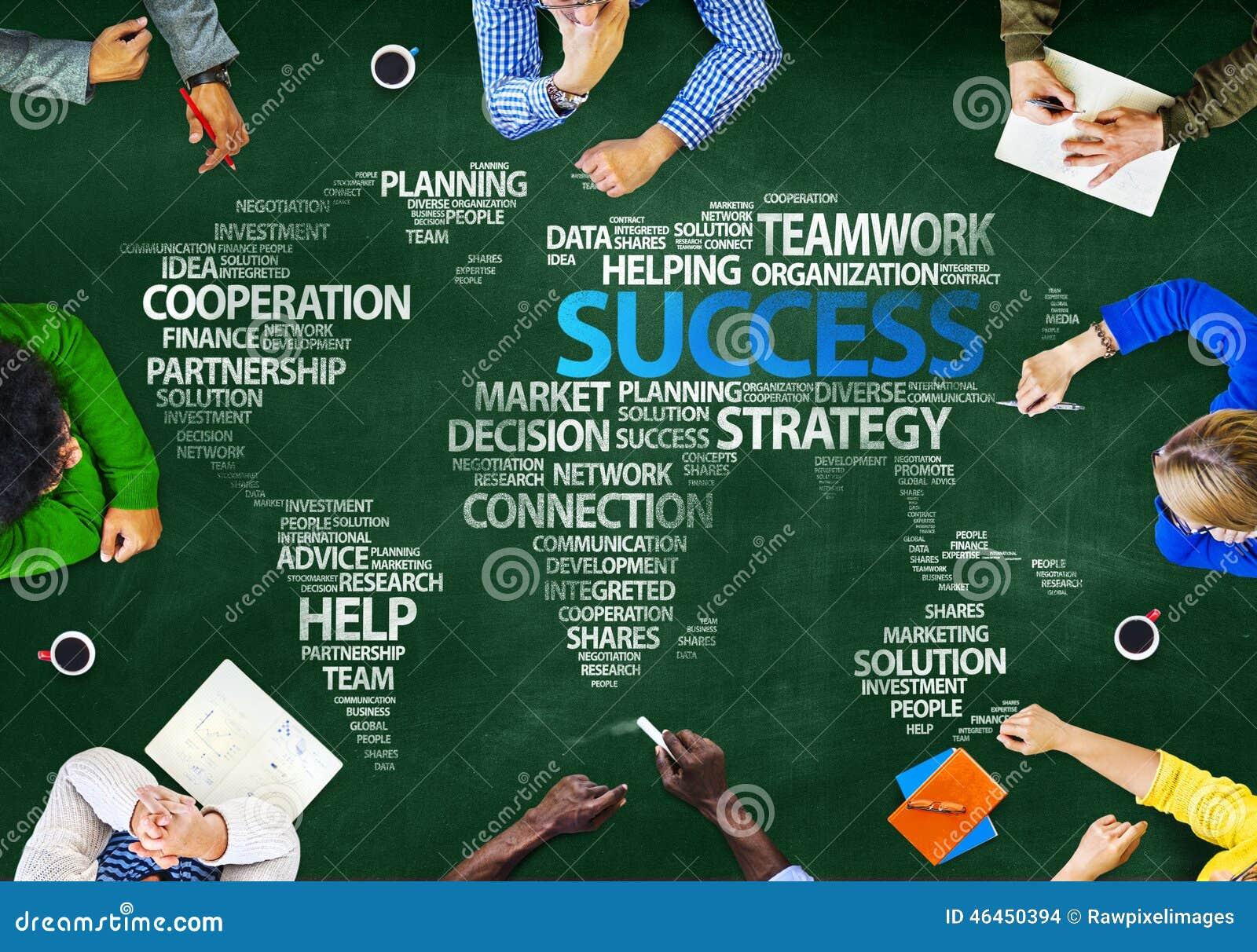 Группа людей обсуждая концепцию глобальных проблем успеха